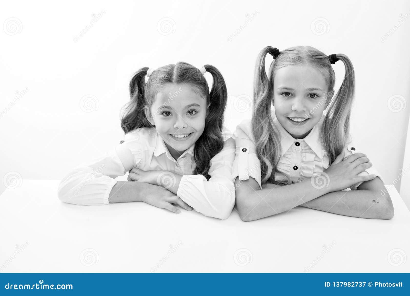 Aprendizagem de E meninas bonitos do od da infância feliz e que aprende para as meninas isoladas no branco
