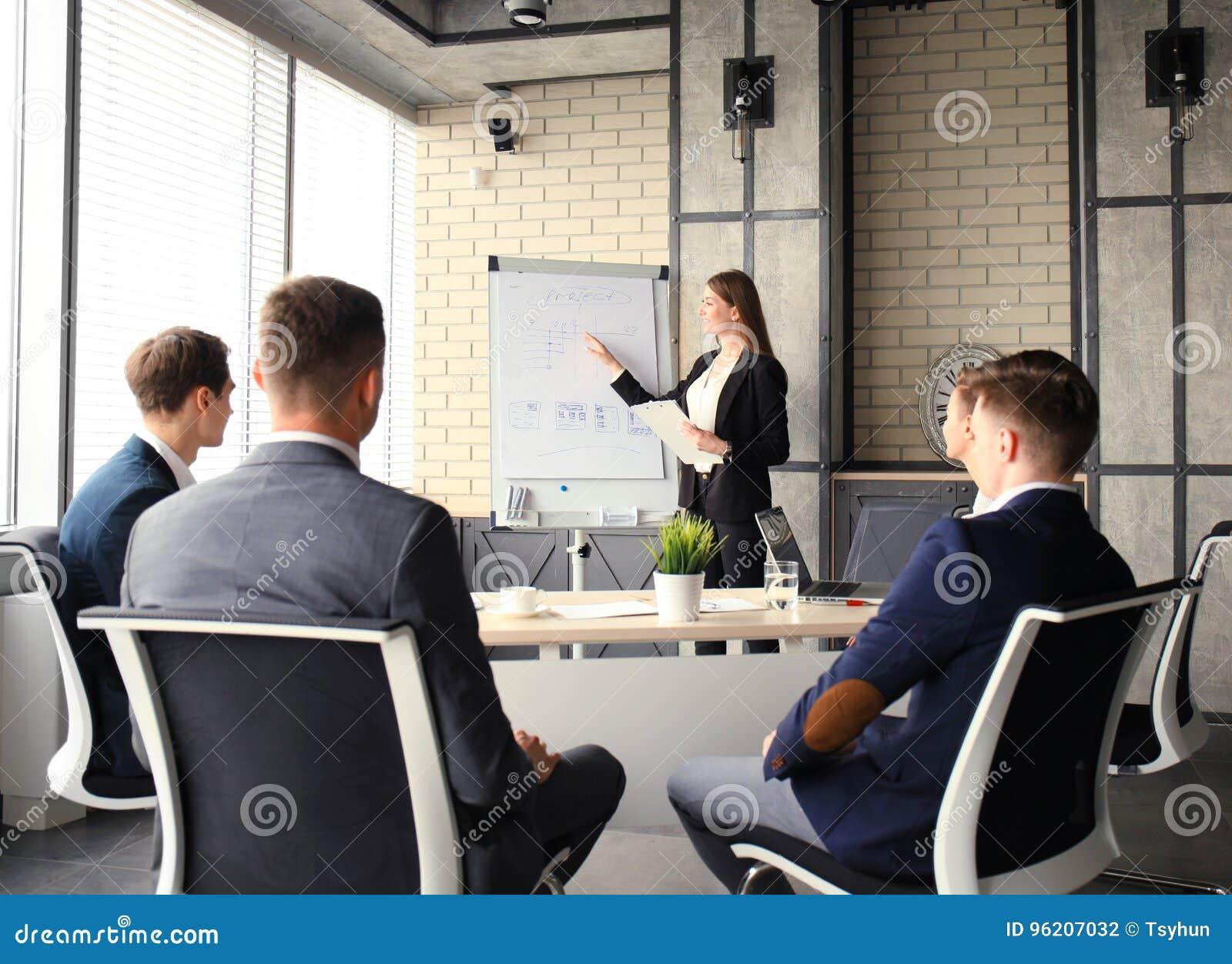 Apresentação da conferência de negócio com o escritório do flipchart do treinamento da equipe