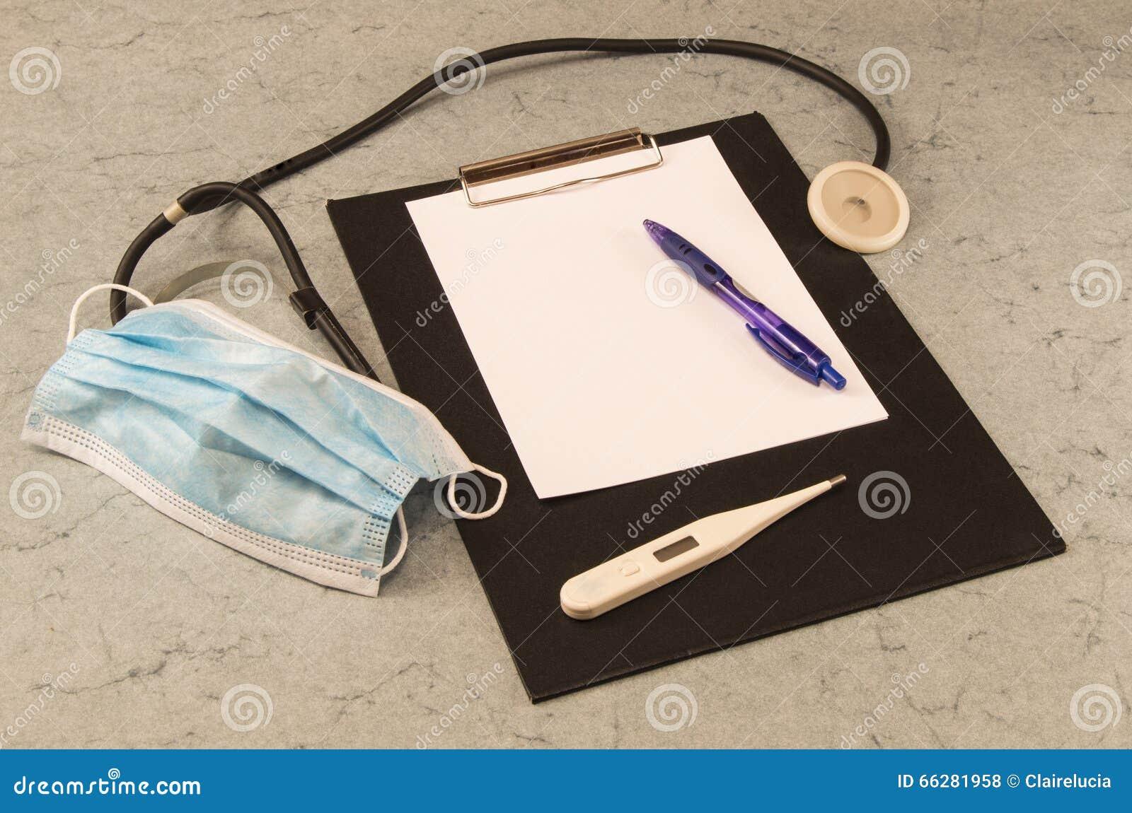Apresente o doutor, termômetro, estetoscópio, máscara, pena de esferográfica, tabuleta para escrever
