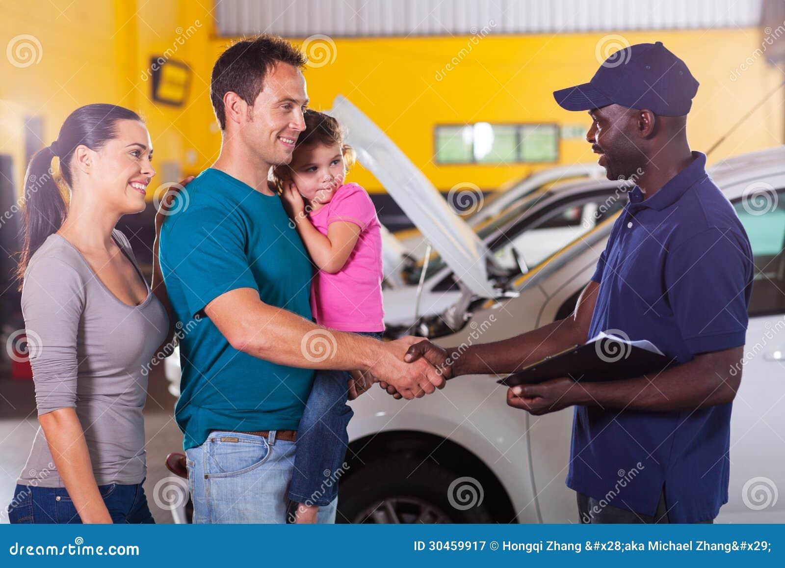 Familia del apretón de manos del mecánico