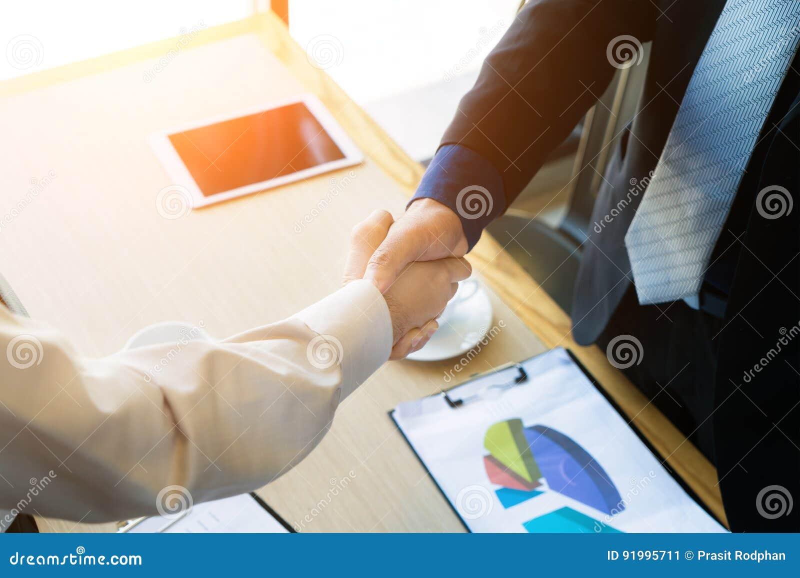 Apretón de manos de los colegas del negocio Empresarios que sacuden el afte de las manos