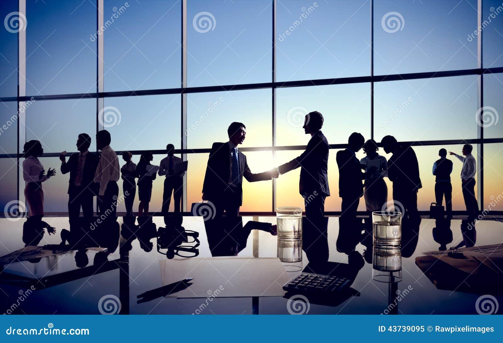 Apretón de manos de los hombres de negocios con sus colegas