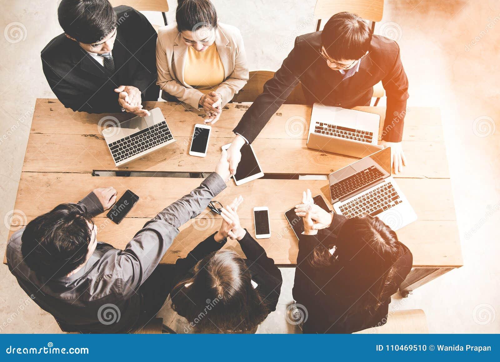 Apretón de manos del negocio en la reunión o la negociación en la oficina Satisfacen a los socios porque resuelven la conexión y