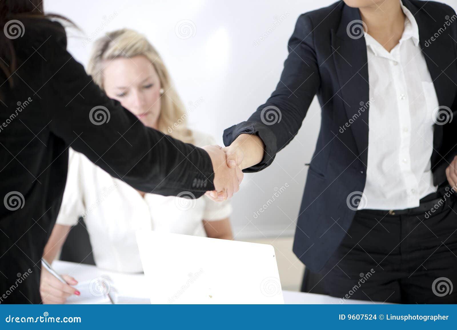 Apretón de manos para sellar el reparto