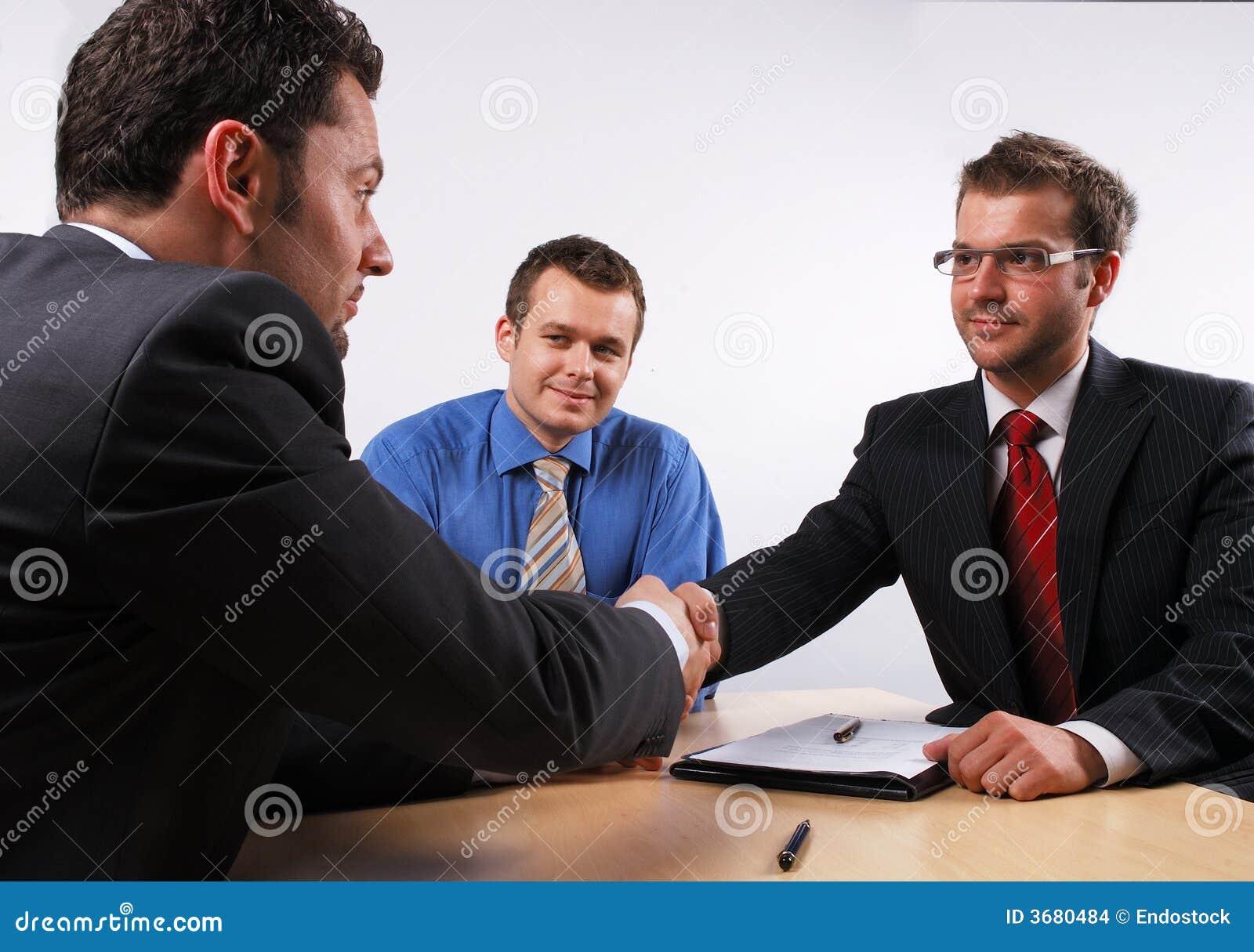 Apretón de manos sobre cotract firmado