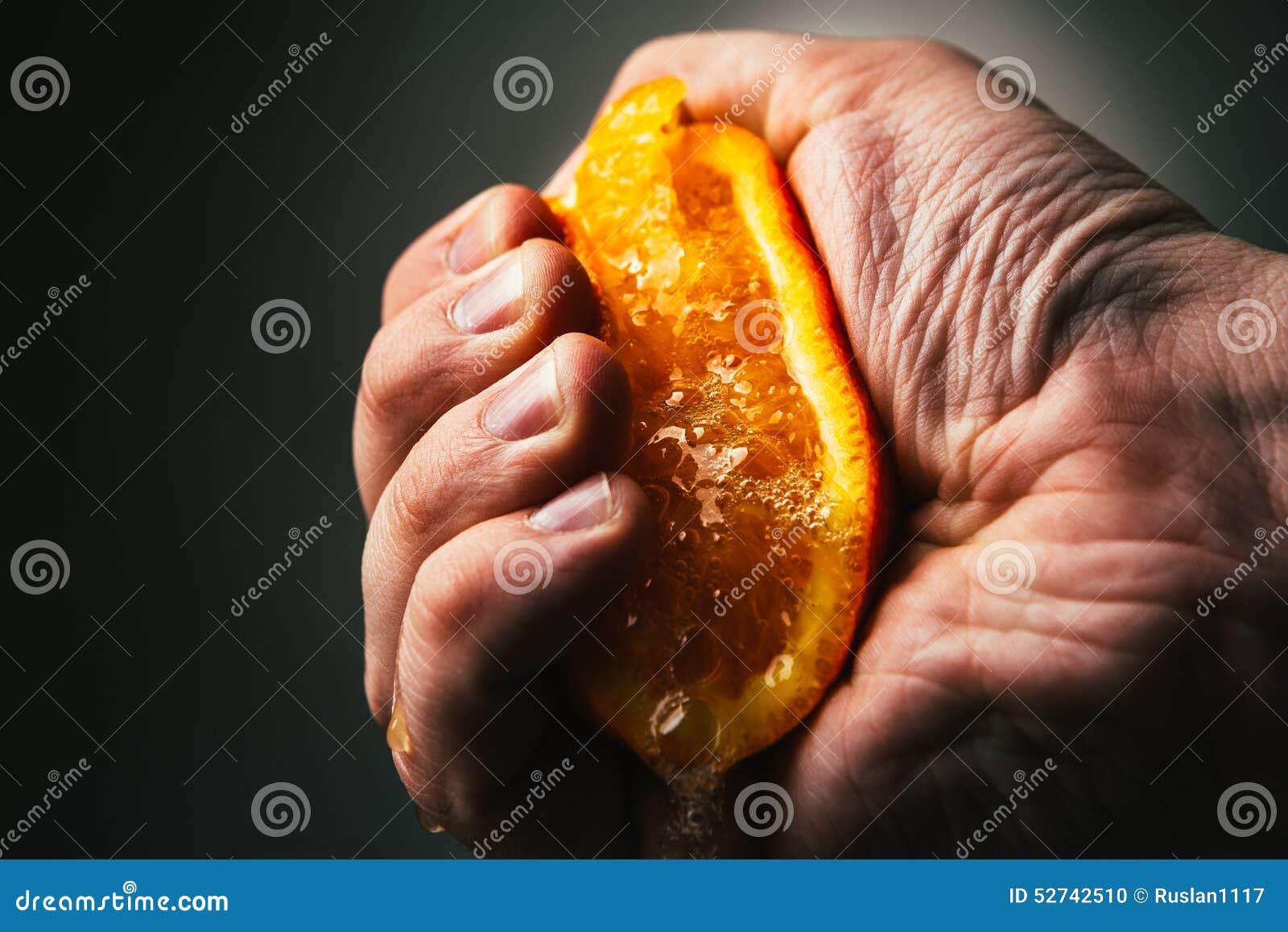 Apretones dramáticos del hombre anaranjados Conceptis cansó de trabajo