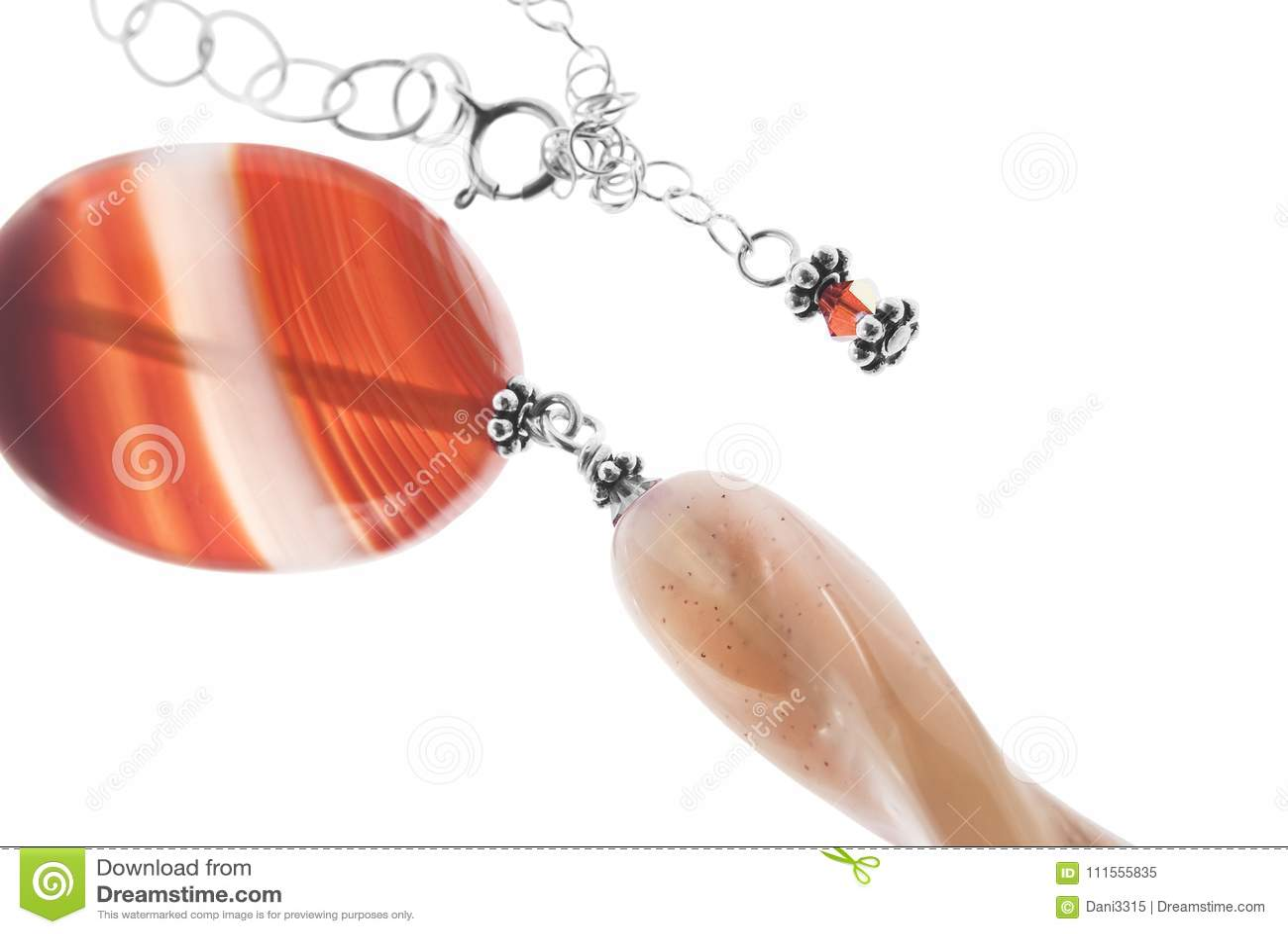 Aprikosen Achat Stein Halskette Auf Weissem Hintergrund Stockbild