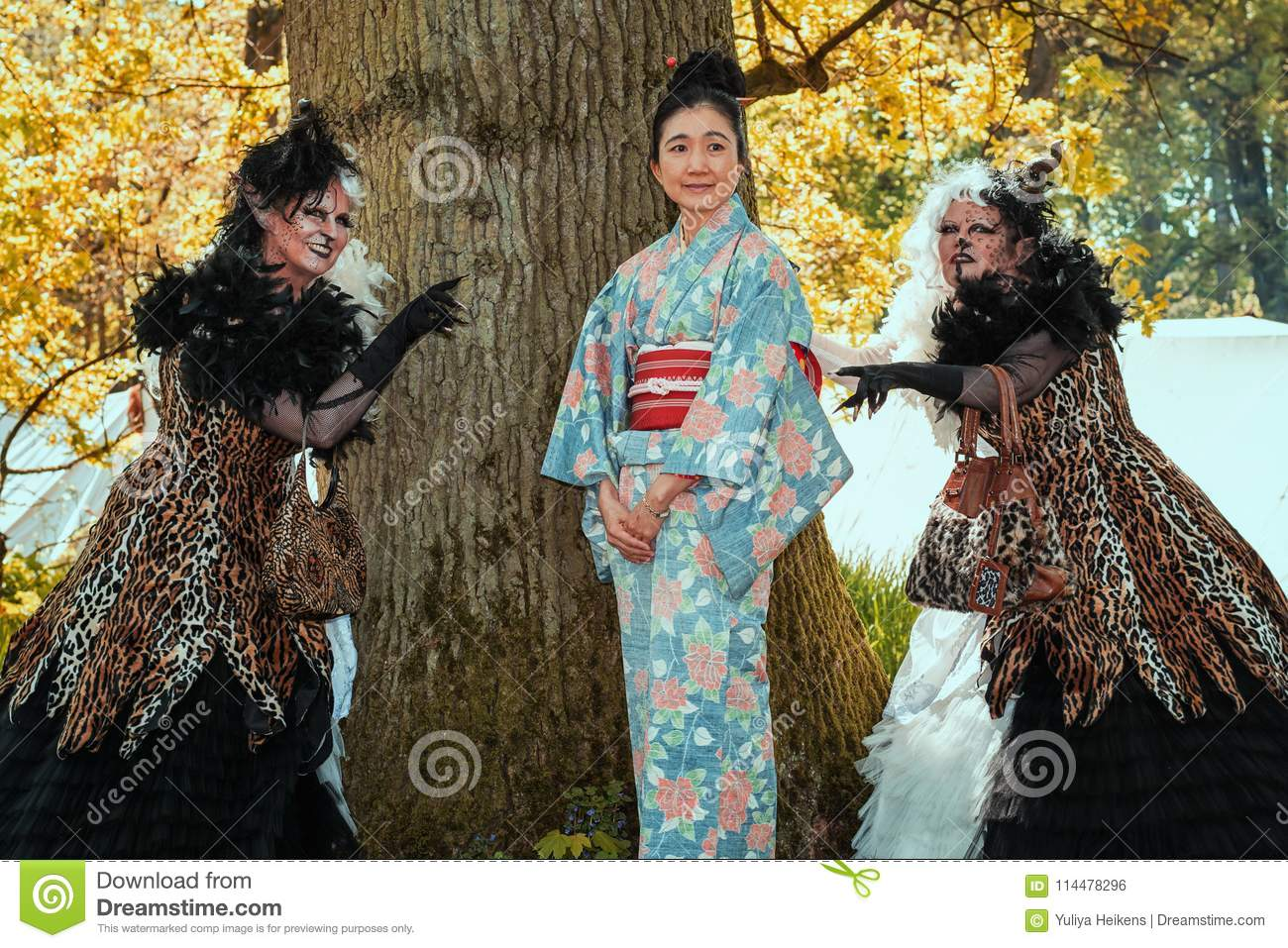 Geisha flanked by two horrible witches on the Elf Fantasy Fair