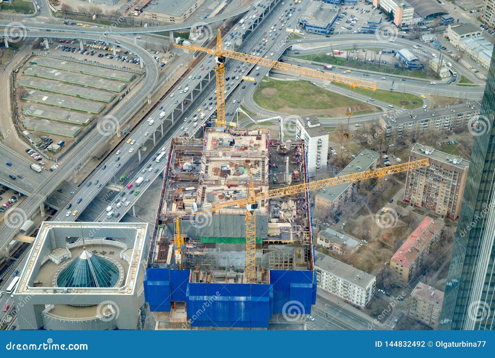 April 2019, Moskva, Ryssland Bästa sikt till konstruktionsplatsen av att resa upp skyskrapan, futured kontor-torn