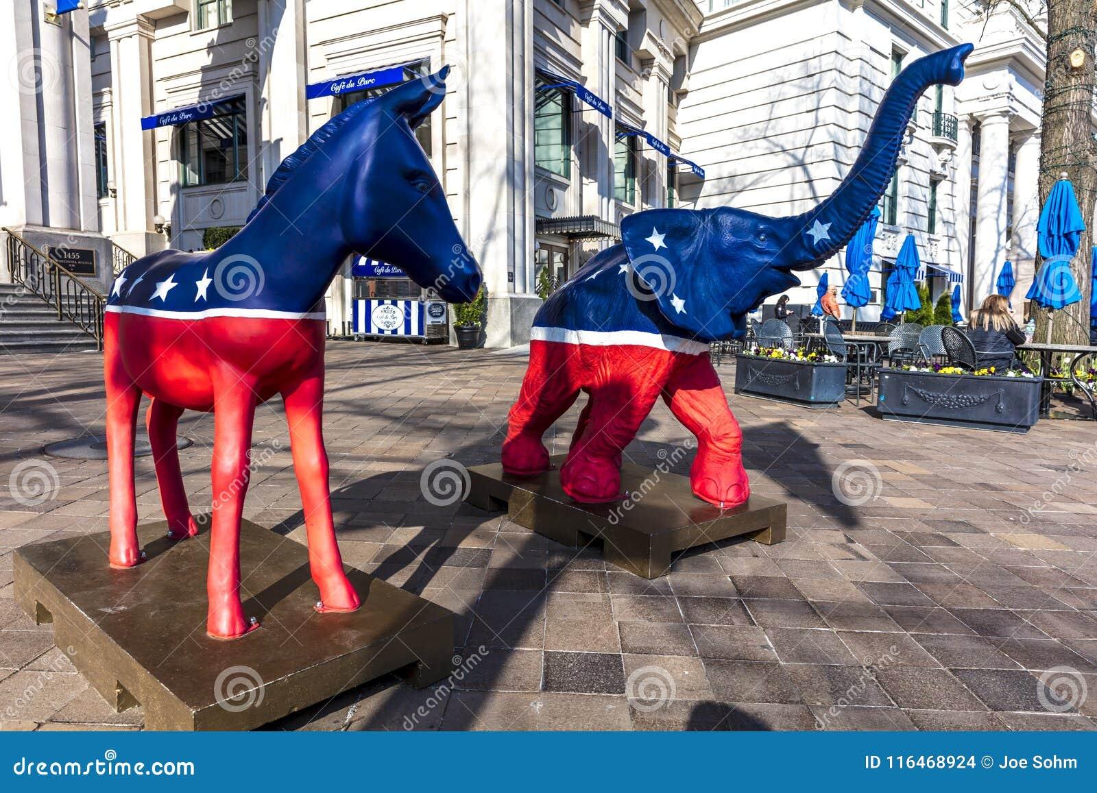 APRIL 11, 2018 - WASHINGTON DC - demokratiska mula- och republikanelefantstatyer symboliserar Republikan som förenas