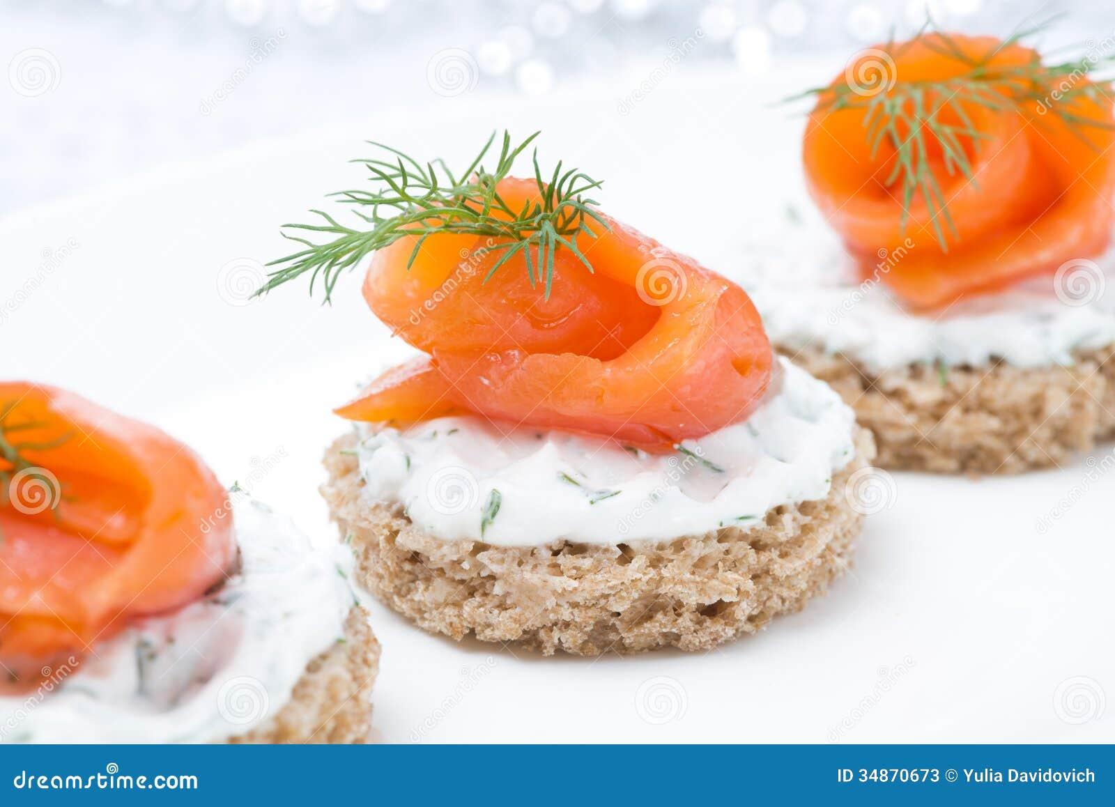 ap ritif de f te canape avec du pain de seigle fromage fondu saumon photos stock image. Black Bedroom Furniture Sets. Home Design Ideas