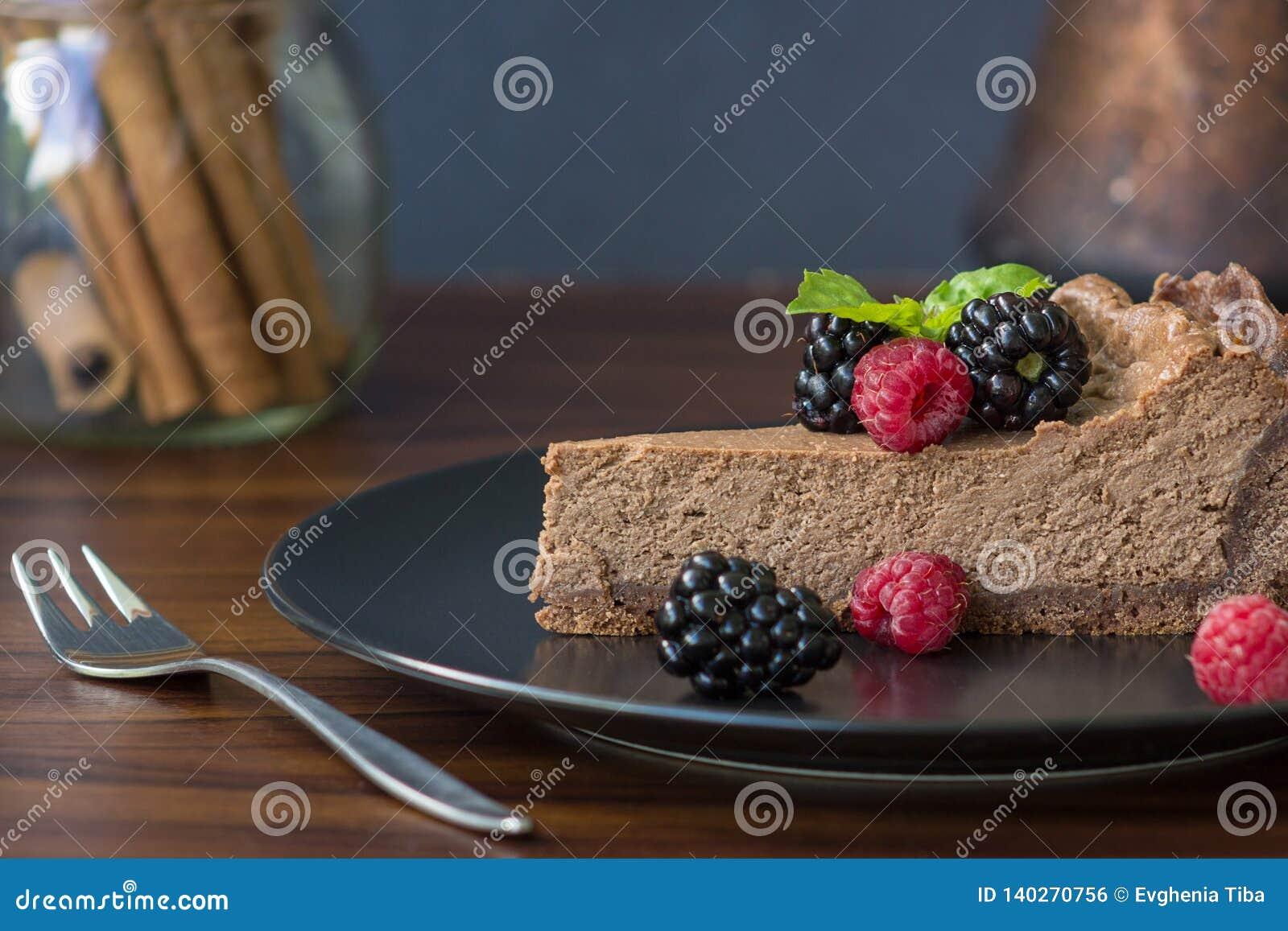 Aptitretande skiva av chokladostkaka med bär
