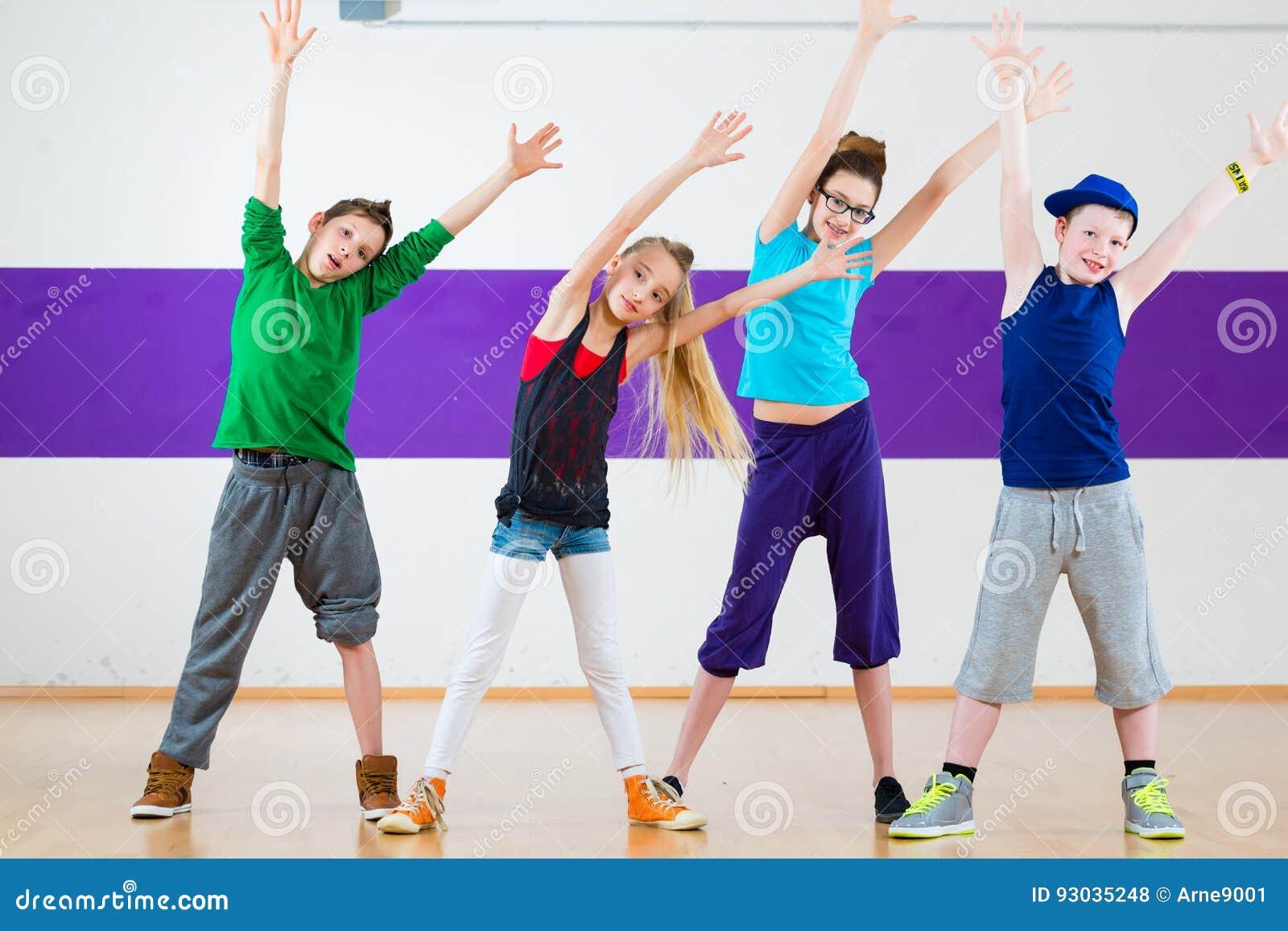 Aptitud De Zumba Del Tren De Los Niños En Escuela De Baile Foto de ...