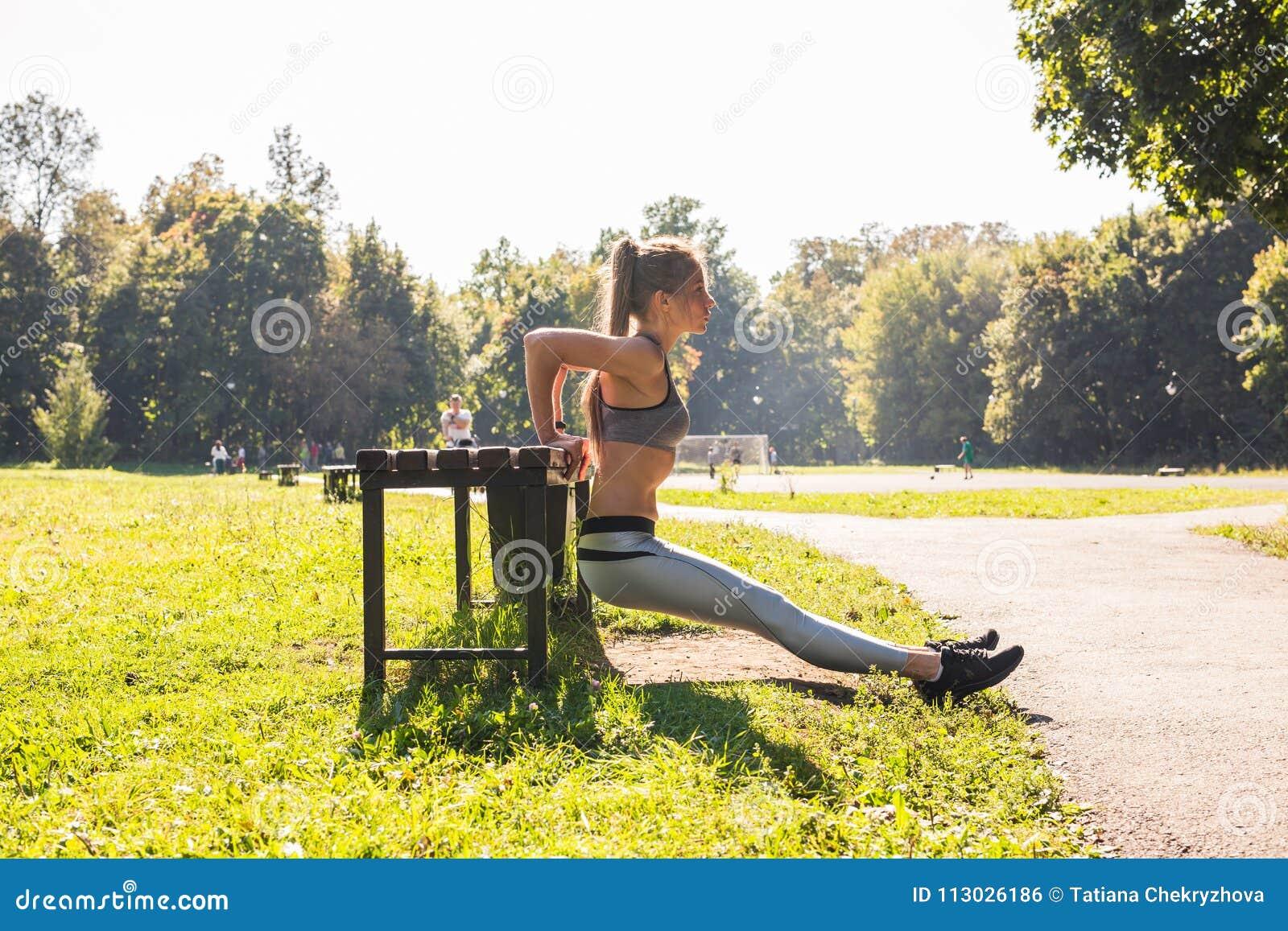 Aptitud, deporte, ejercicio, entrenamiento y concepto de la gente - los pares que hacen tríceps sumergen ejercicio en banco de la