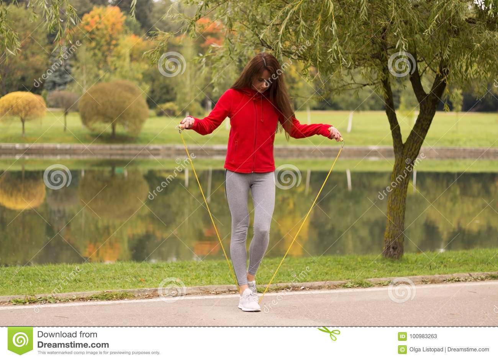 f032d2dd8f23 Aptitud, deporte, entrenamiento, parque y concepto de la forma de vida -  mujer