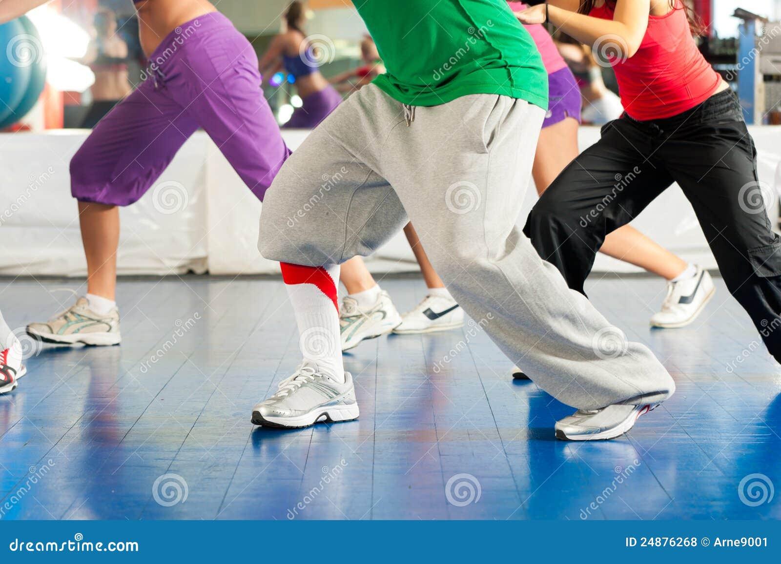 Aptitud - entrenamiento de la danza de Zumba en gimnasia