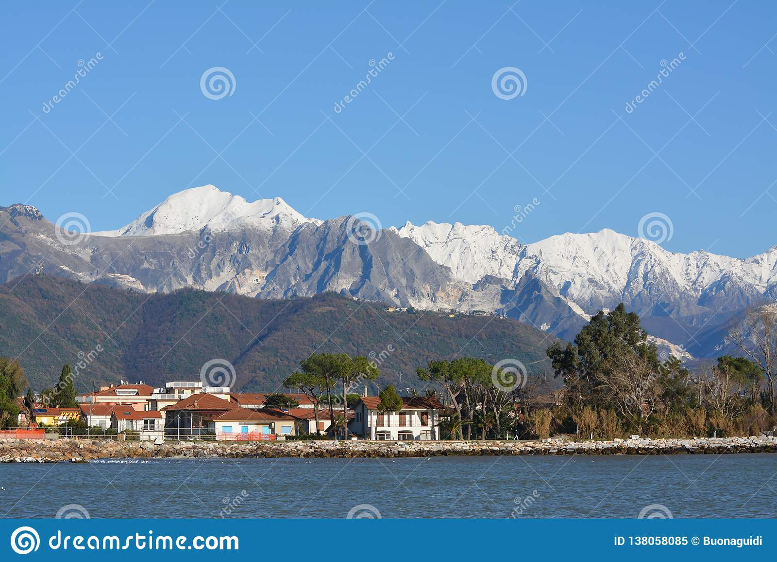 Apuan阿尔卑斯在冬天,白色为雪和大理石