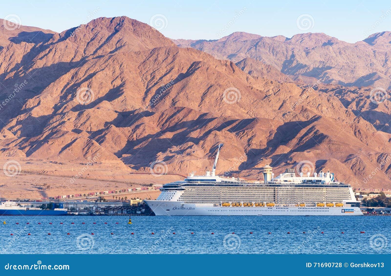 AQABA JORDANIEN - MAJ 19, 2016: Kungligt karibiskt internationellt kryssningskepp, ovation av haven