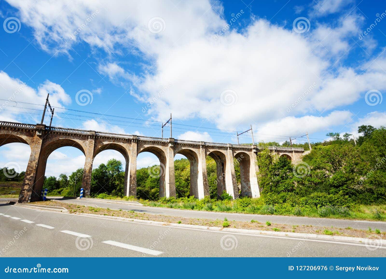 Aquaduct dichtbij de Commune van Labastide Marnhac, het zuiden van Frankrijk