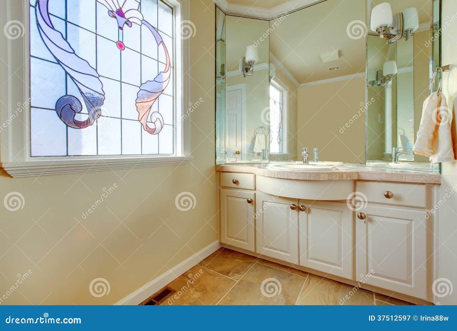 Banheiro pequeno com o assoalho de telha bege os armários de  #753F11 1300 957