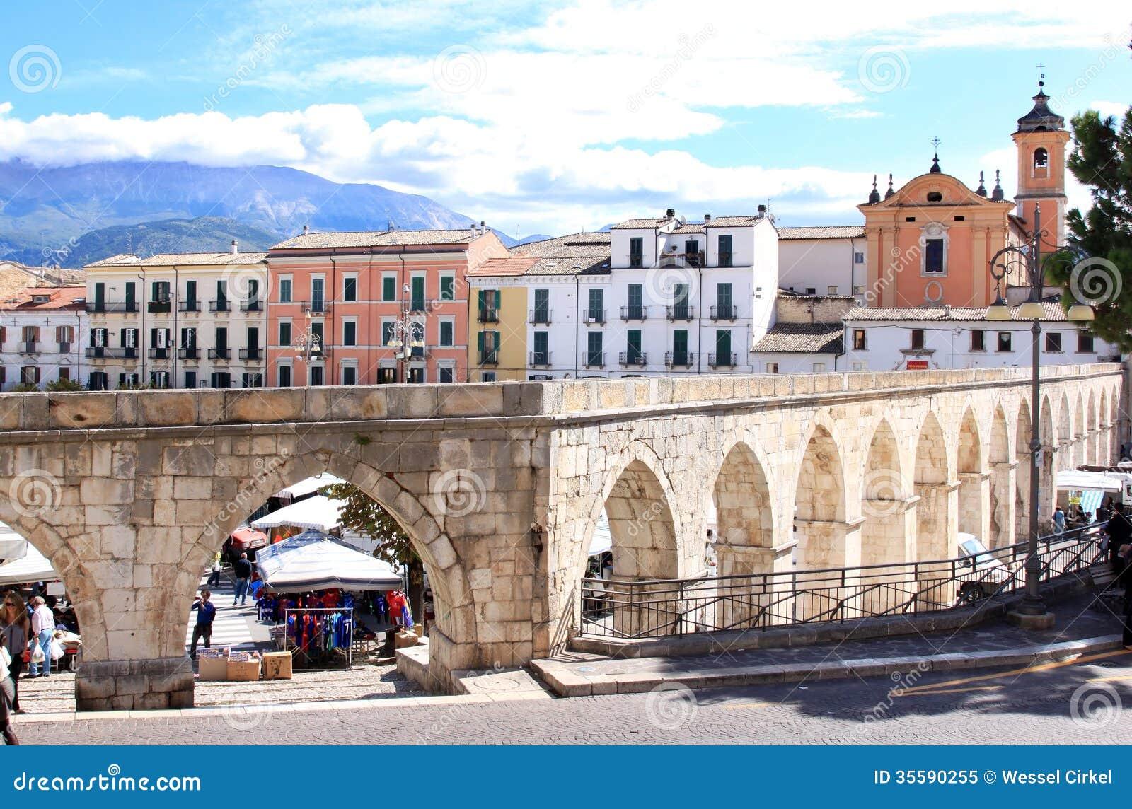 Aqueduc gothique dans sulmona italie image ditorial for Dans italien