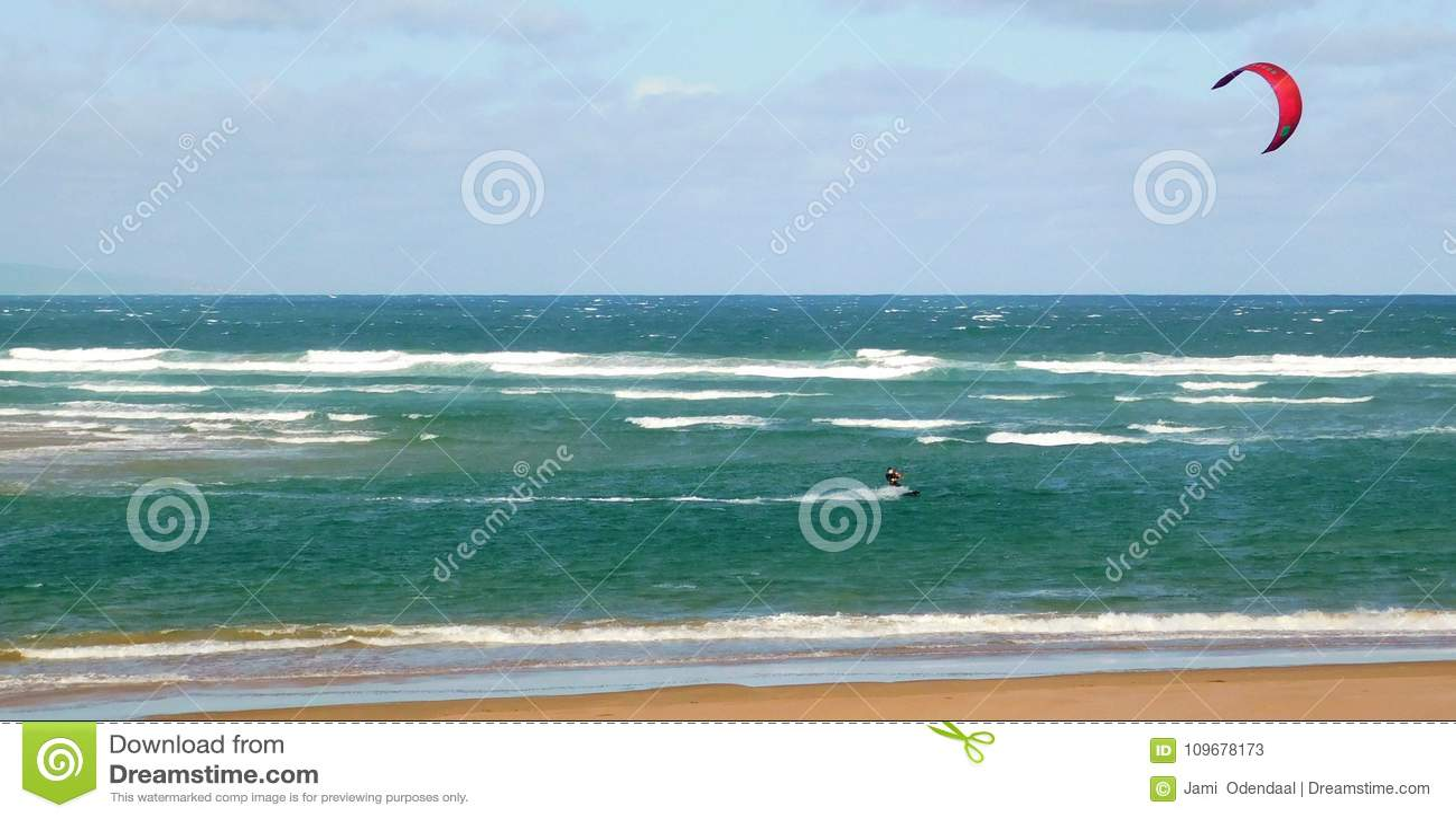 Aquilone che pratica il surfing fuori dalla riva