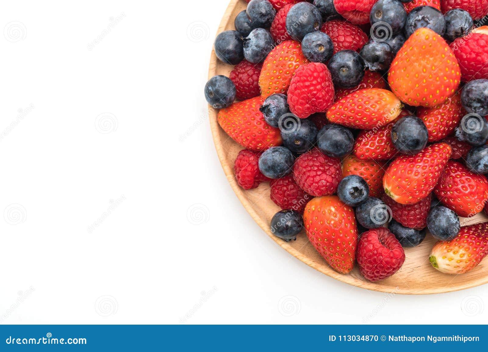 Arándano, fresa y rasberry frescos en blanco