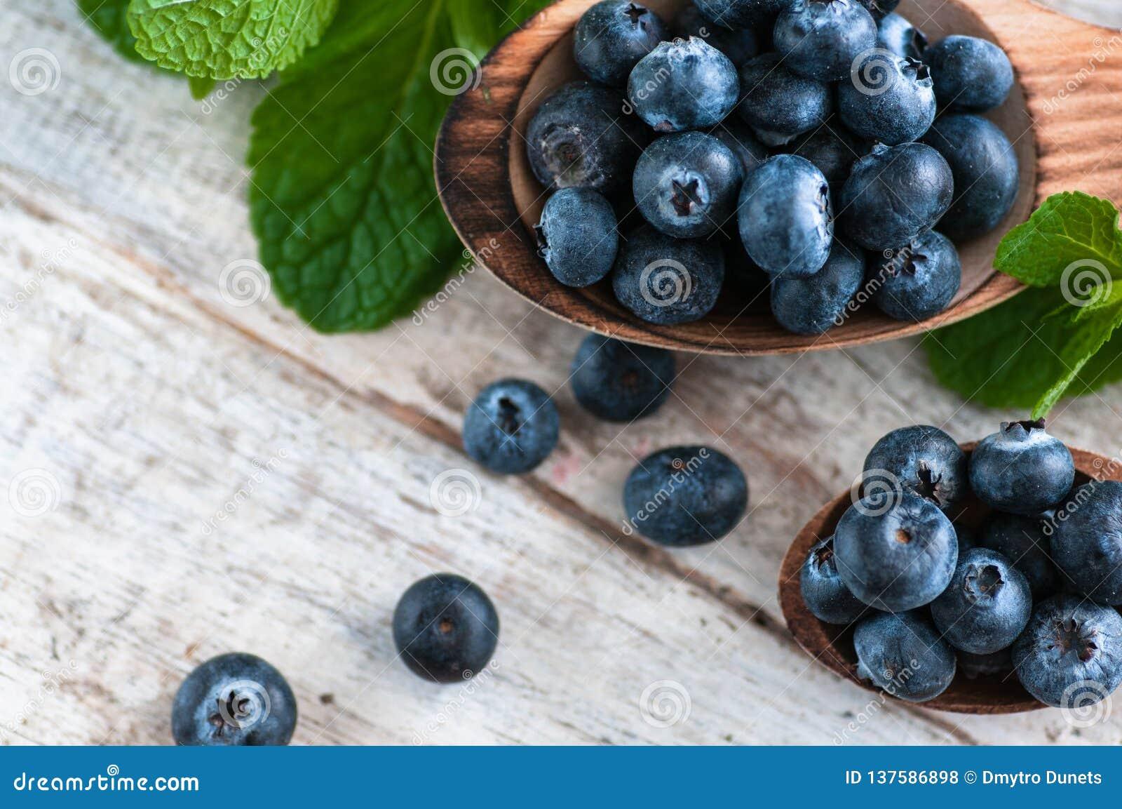 Arándanos y diversas frutas del bosque, frambuesas, fresas Hay diversos tipos de madera en la tabla