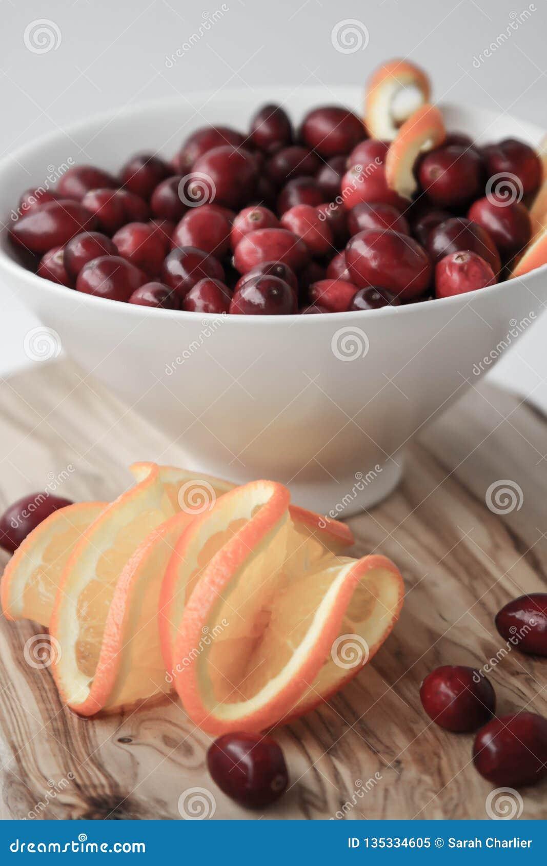 Arándanos y rebanadas anaranjadas jugosas