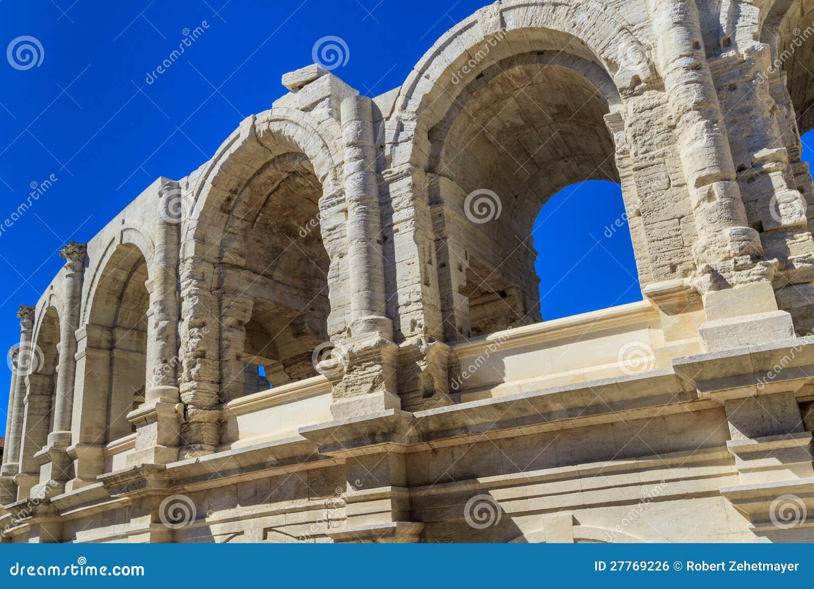 Arène/amphithéâtre romains dans Arles