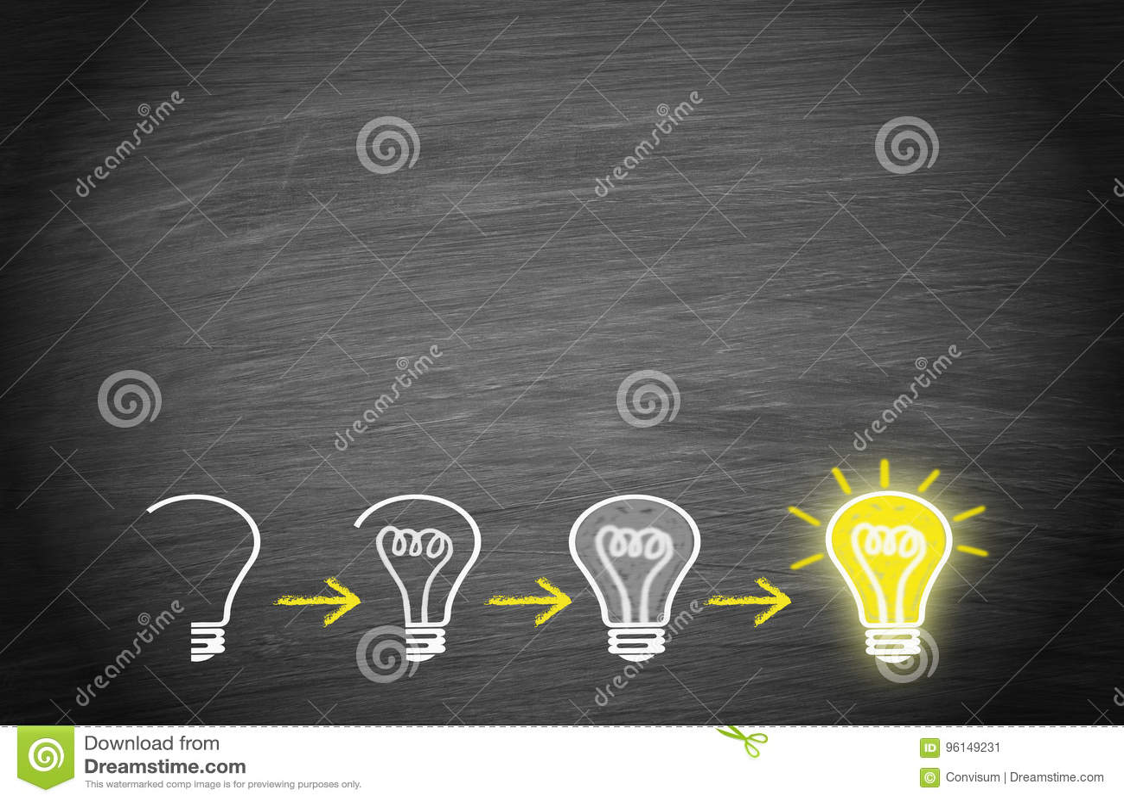 Żarówki na chalkboard tle - duży twórczości pojęcie i pomysł