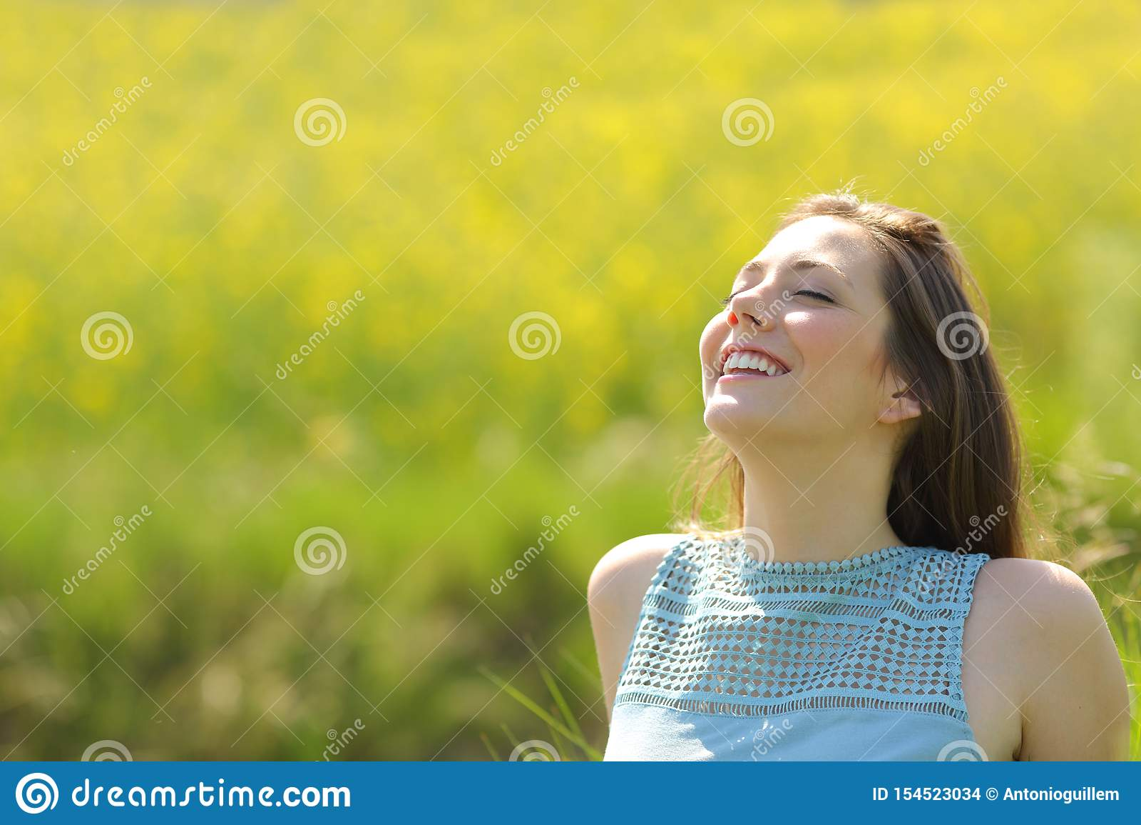 Ar fresco de respiração de descanso da mulher feliz em um campo