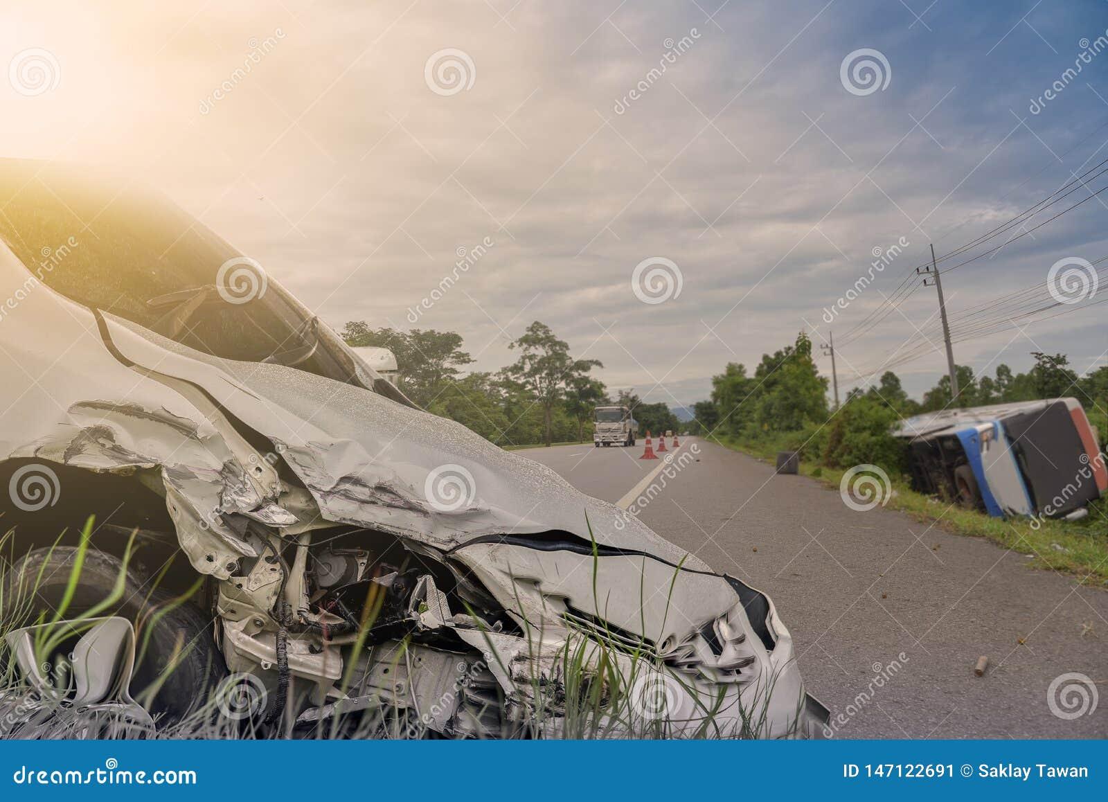 Ar rozbija przód czarny samochód dostaje uszkadzającym przez przypadek na drodze