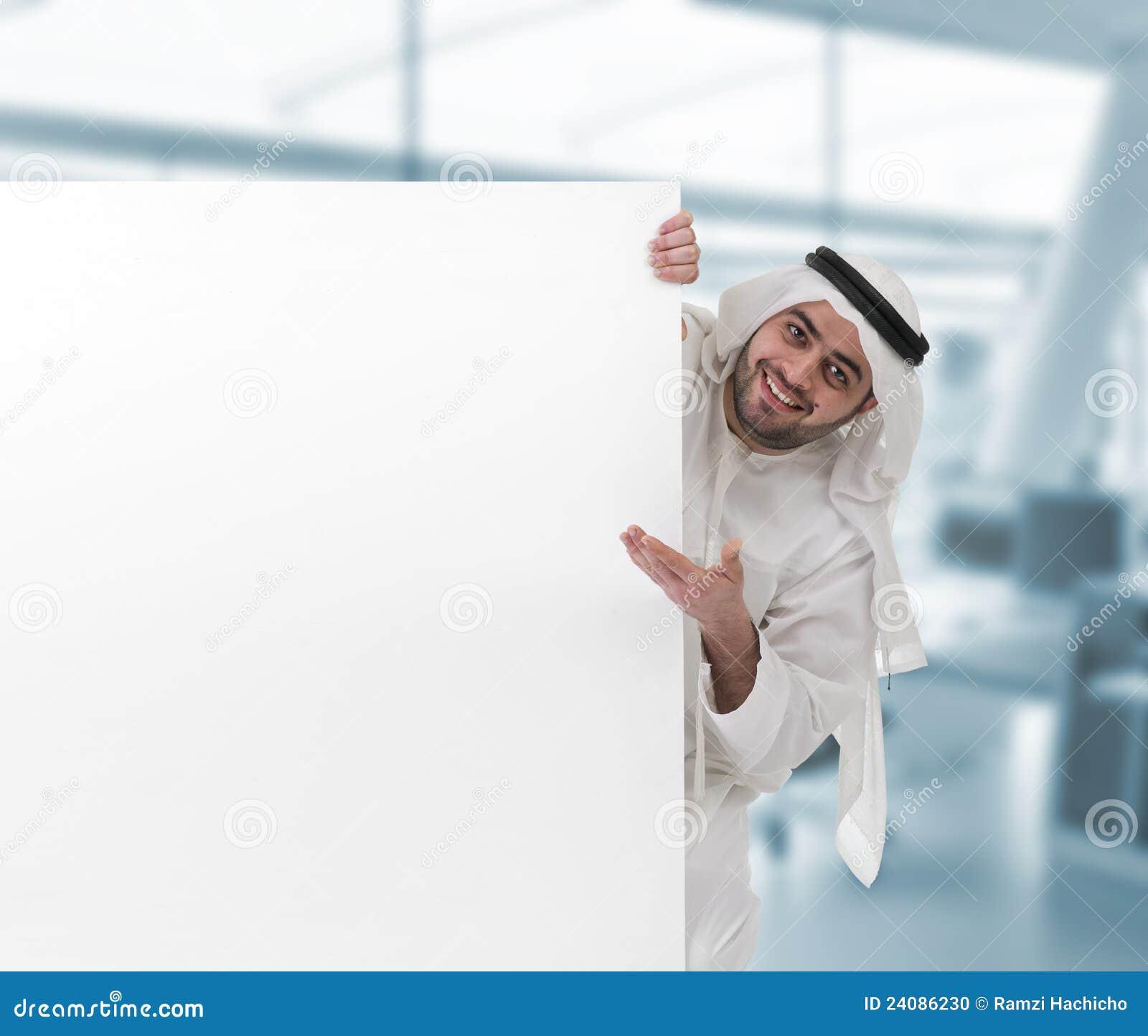 Arabische bedrijfsmens die op een leeg teken richt