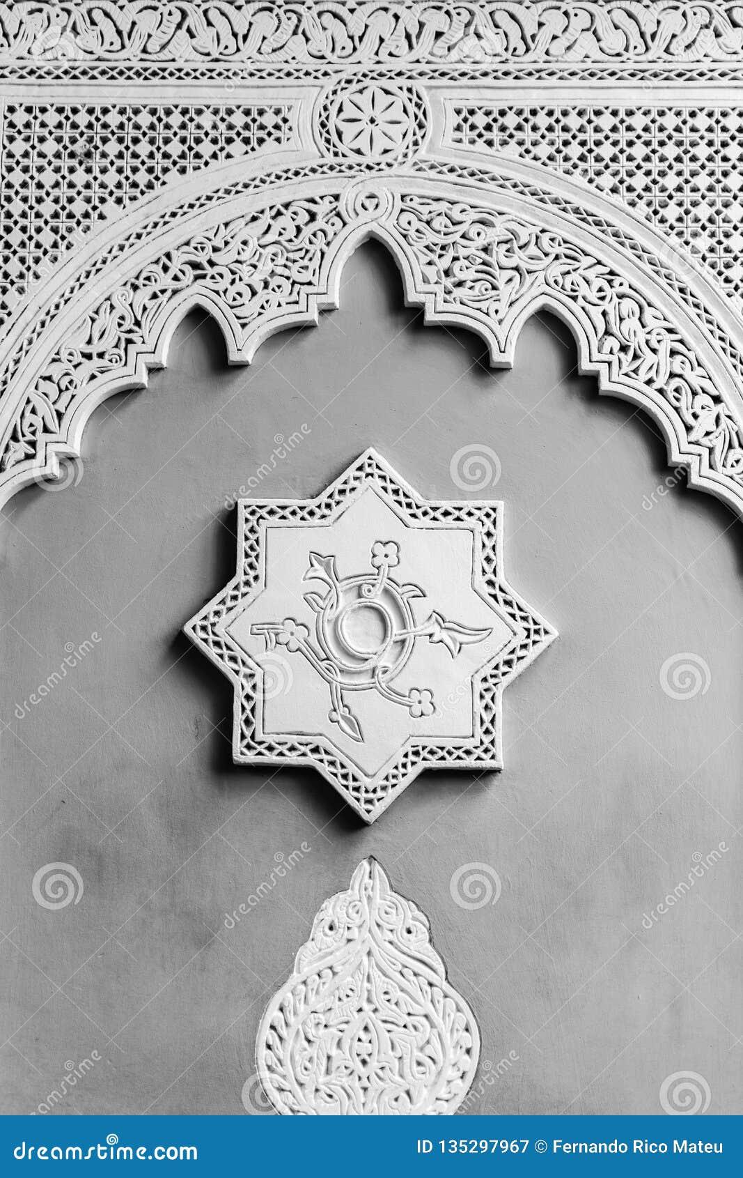 Arabische Dekoration einer Wand mit einem Achtpunktstern und ein Bogen im Sockel Fase gezeichnet unter Verwendung der Schatten