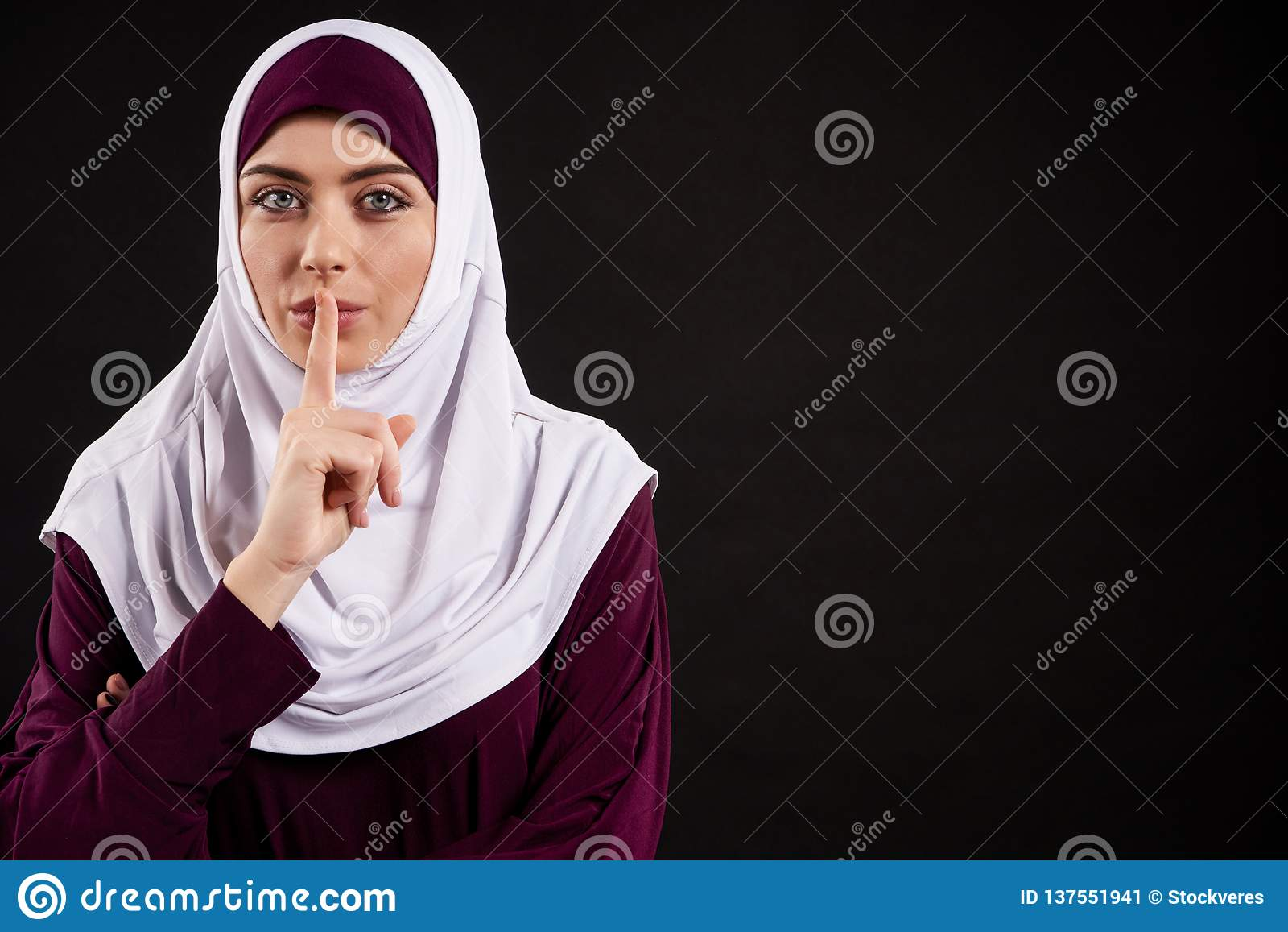 Arabische Frau in hijab Shows gestikulieren ruhig