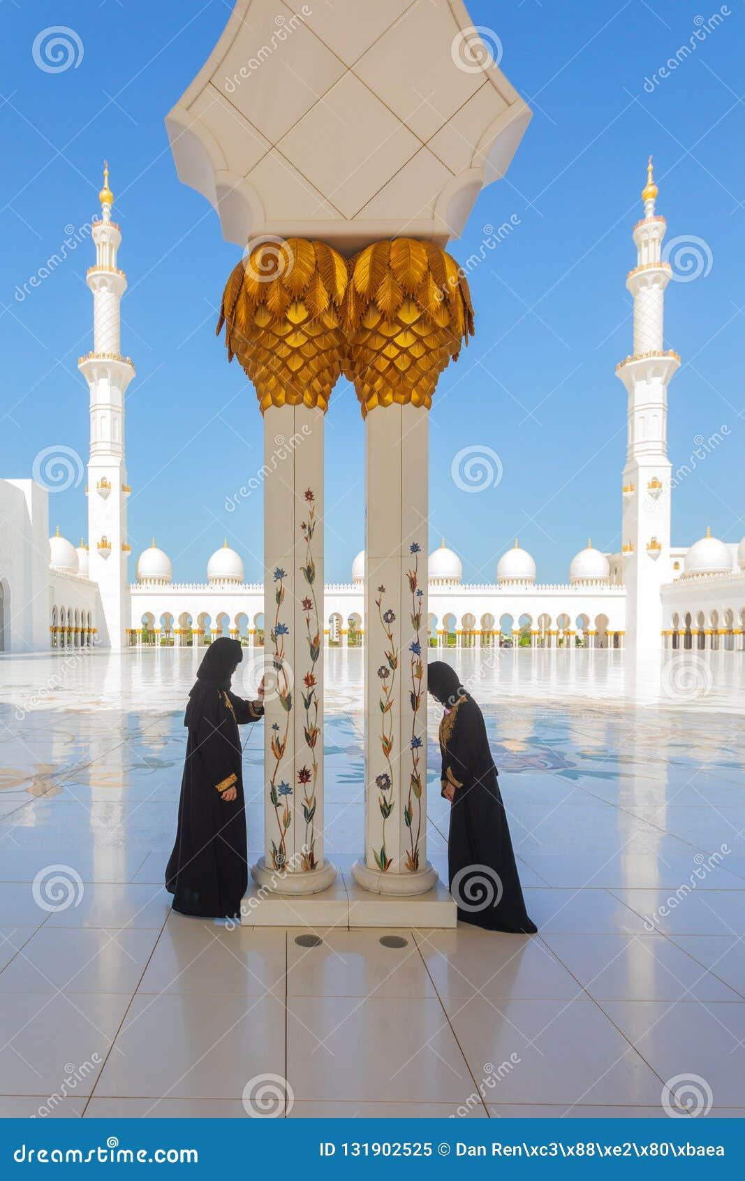2 Arabische Frauen Die Traditionelle Schwarze Burka Kleidung Beim Beten In Sheikh Zayed Mosque In Abu Dhabi Tragen Redaktionelles Bild Bild Von Besuch Gebet 131902525