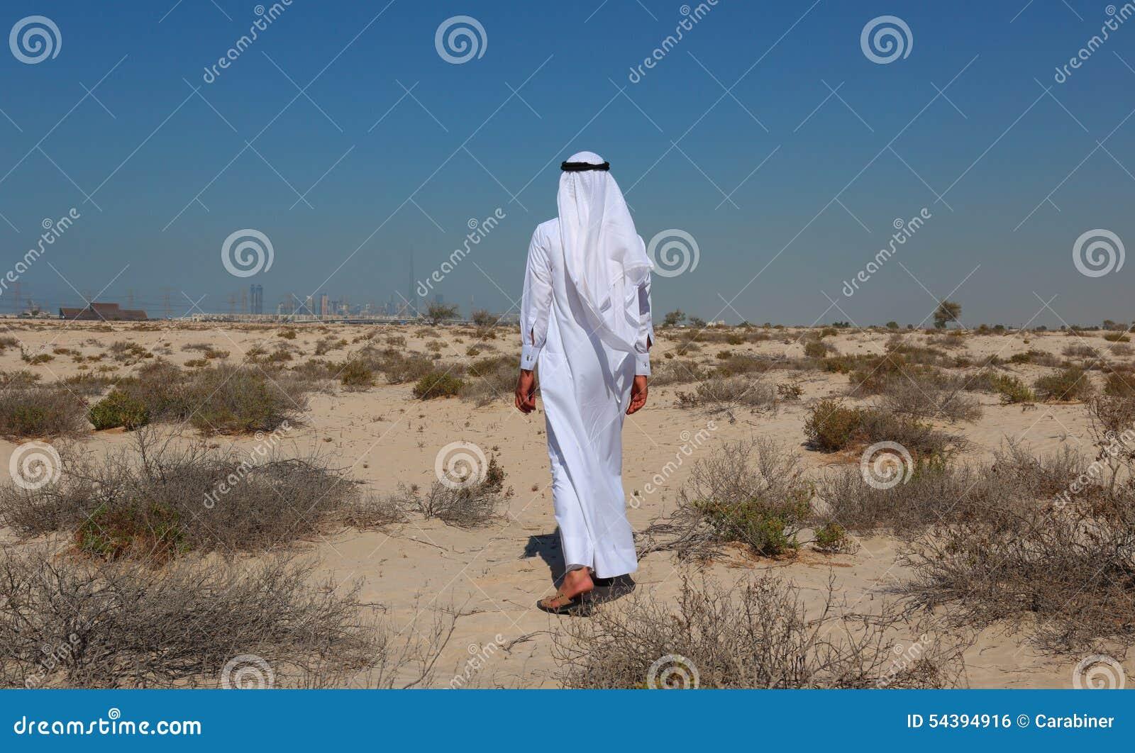 Arabische mens in woestijn