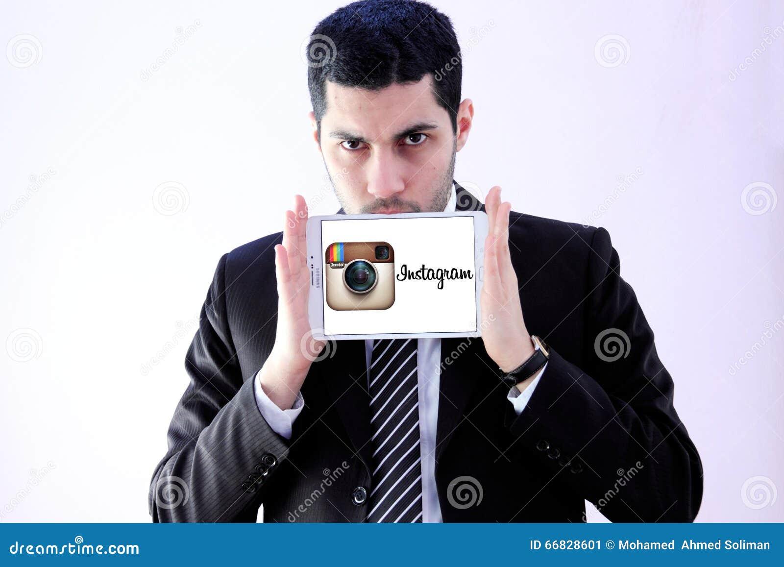 Arabischer Geschäftsmann mit instagram