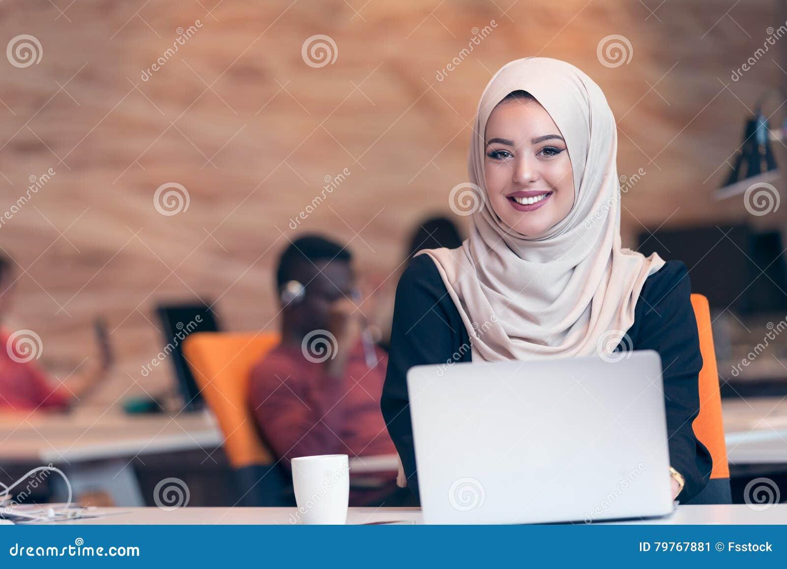 Arabisches Geschäftsfrau tragendes hijab, arbeitend im Startbüro