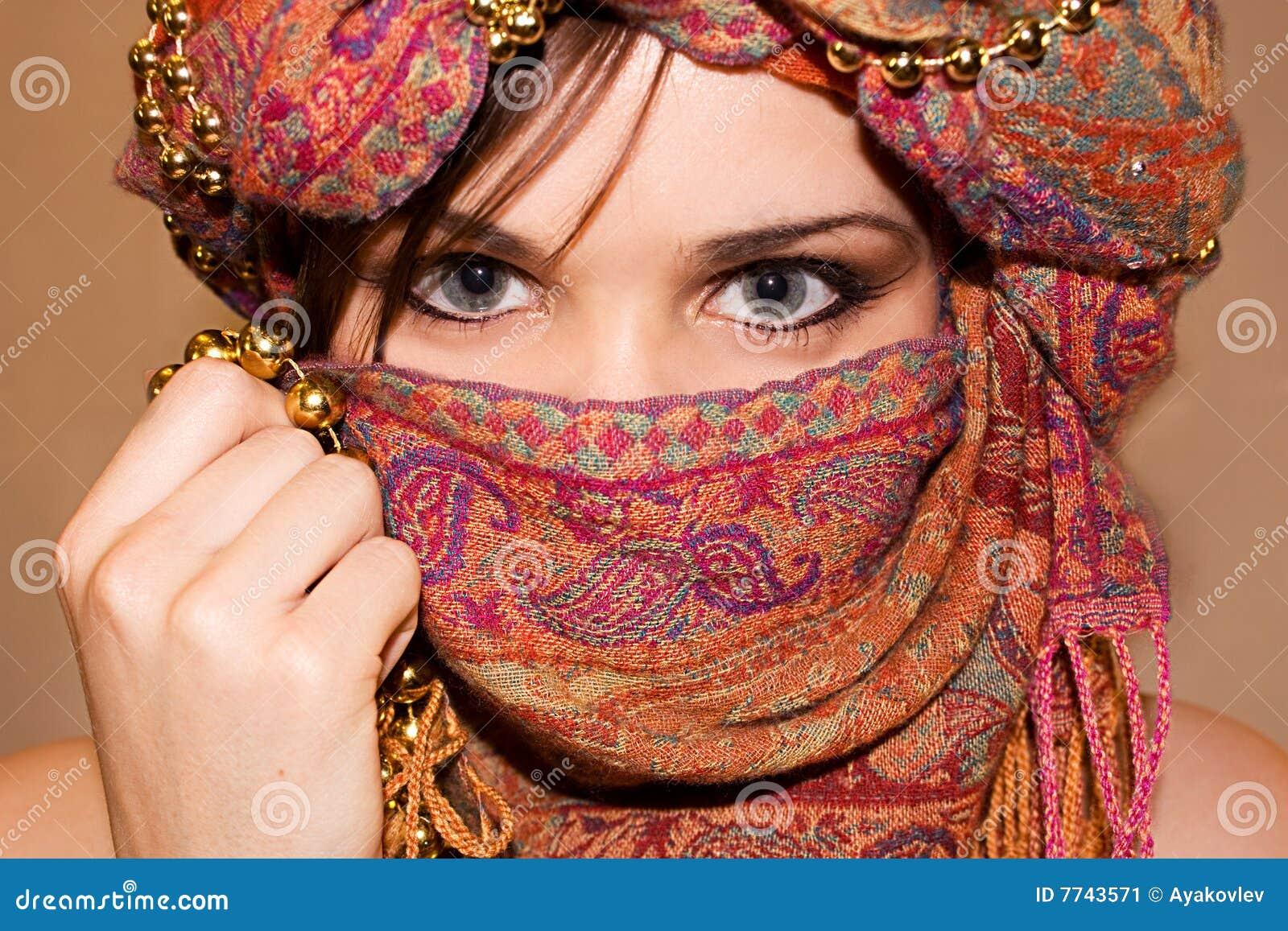 Gesicht des arabischen mädchens mit ausdrucksvollen augen