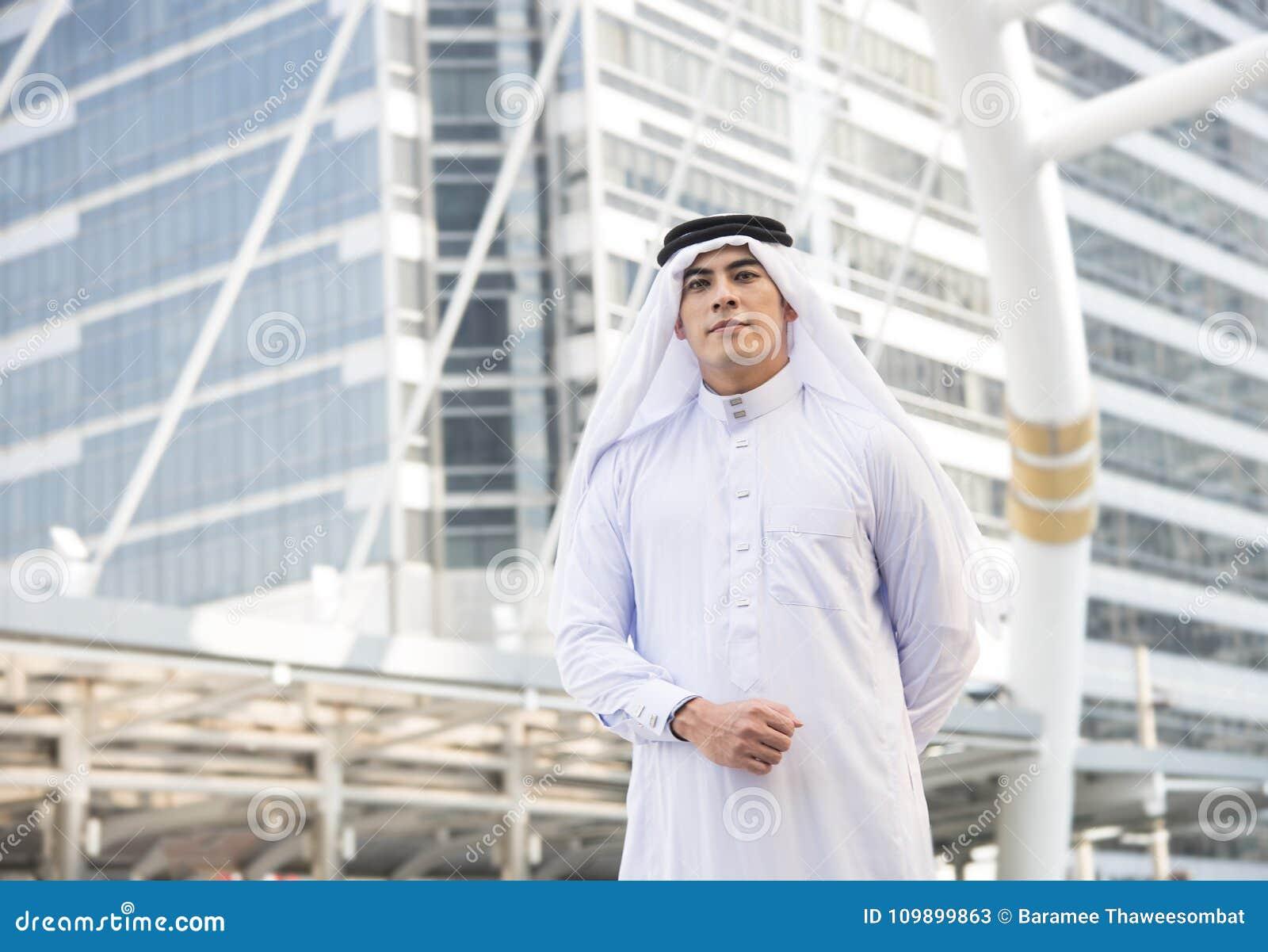Arabisk ställning för stilig affärsman i staden