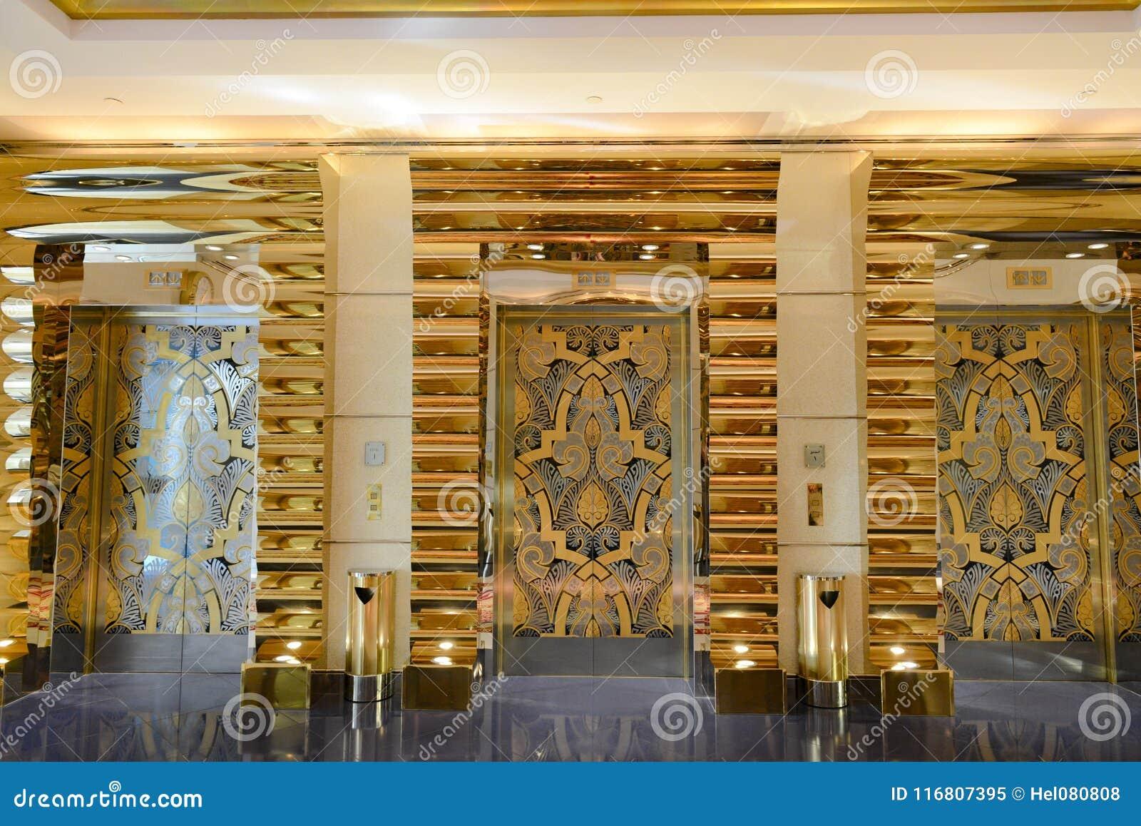 Arabo di Al di Burj dell hotel delle porte dell elevatore, Dubai