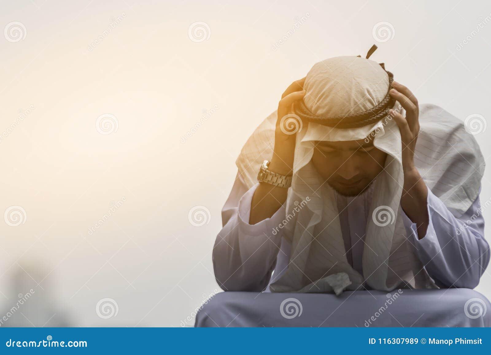Arabscy mężczyzna są stresem i obsiadaniem w mieście