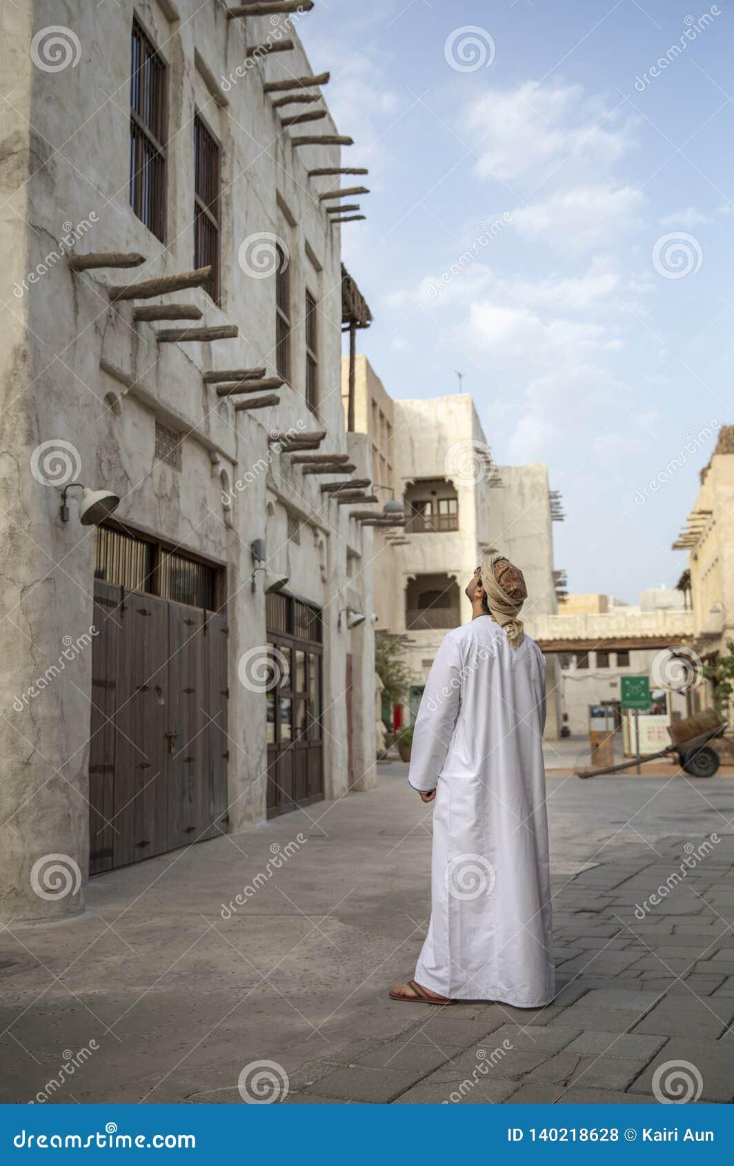 Arabski mężczyzna podziwia architekturę Al Seef