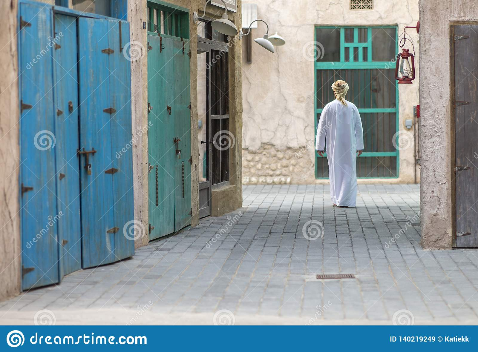 Arabski mężczyzny odprowadzenie w Al Seef jest Dubaj