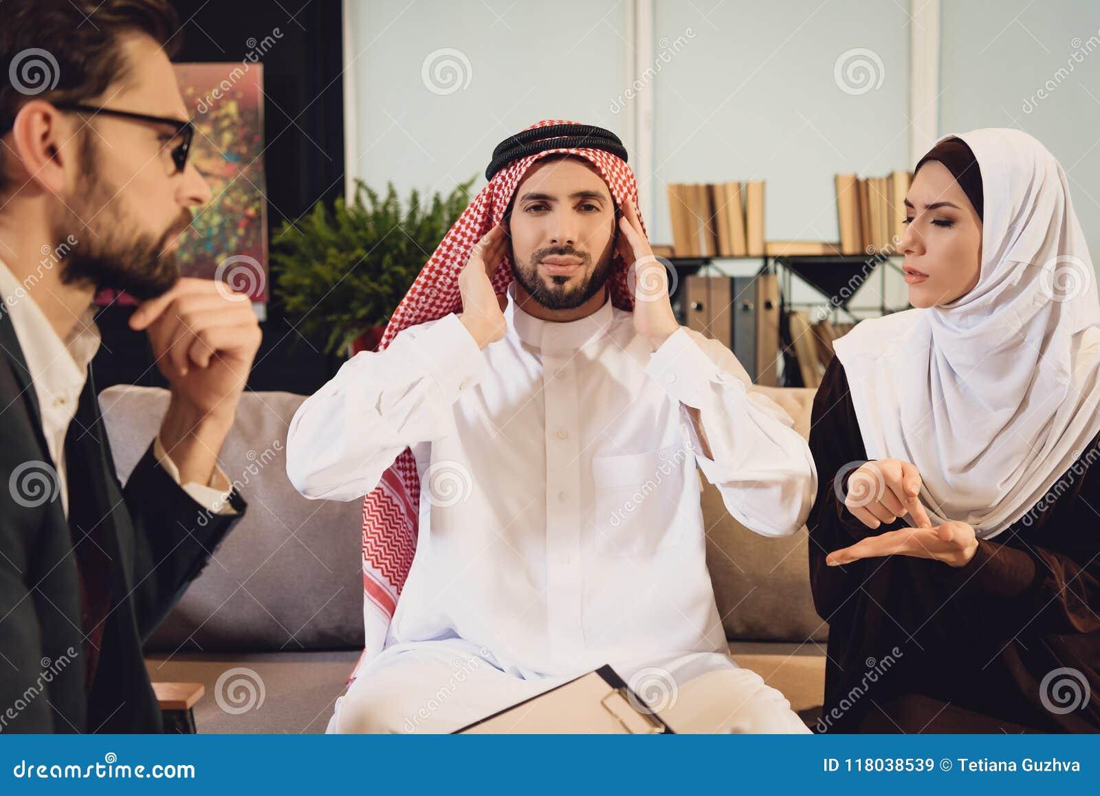 Arabski mężczyzna przy przyjęciem terapeuta szturcha ucho
