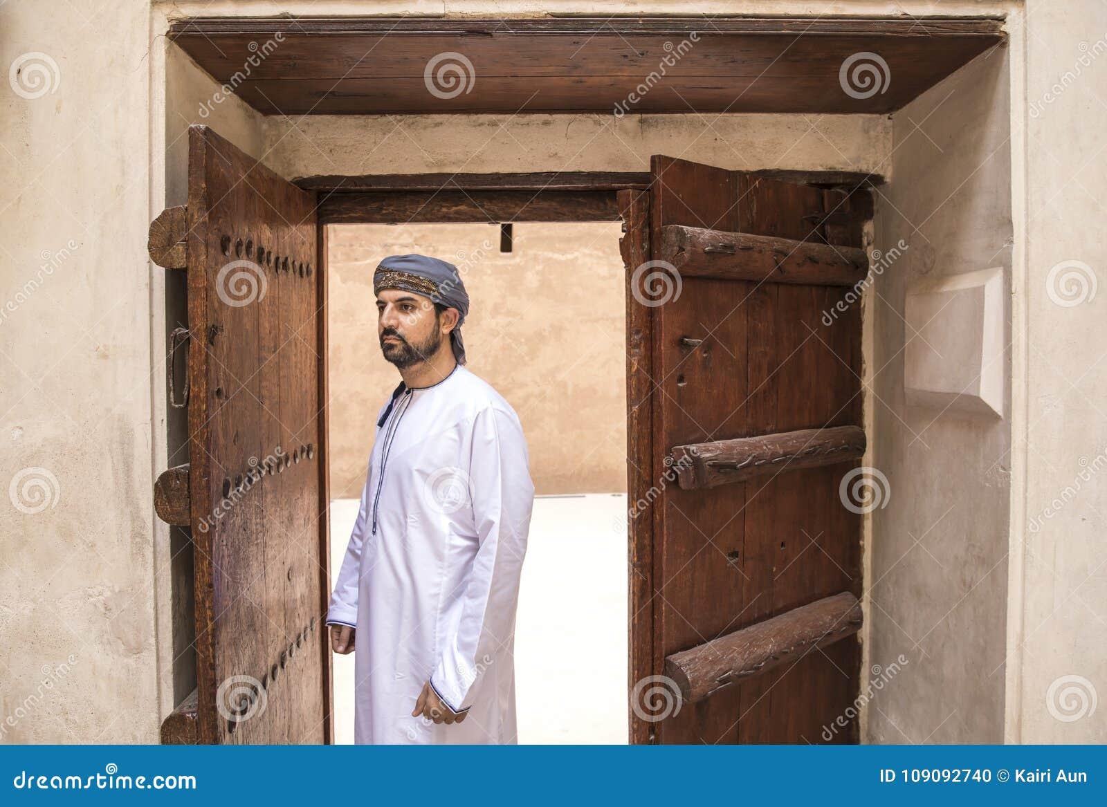Arabski mężczyzna w tradycyjnym omani stroju