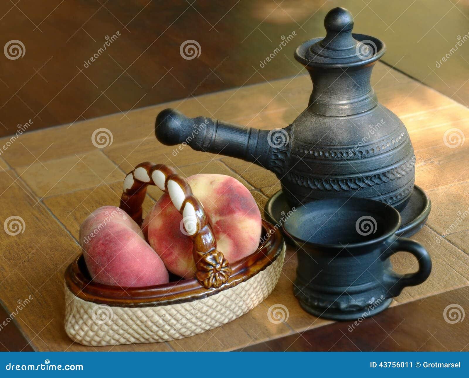 Arabskiej kawy garnek i ceramiczna waza z brzoskwiniami