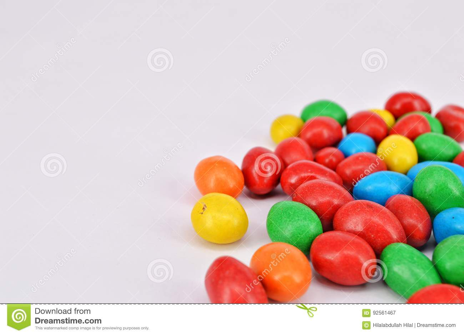 Arachide ricoperta di cioccolato su fondo bianco